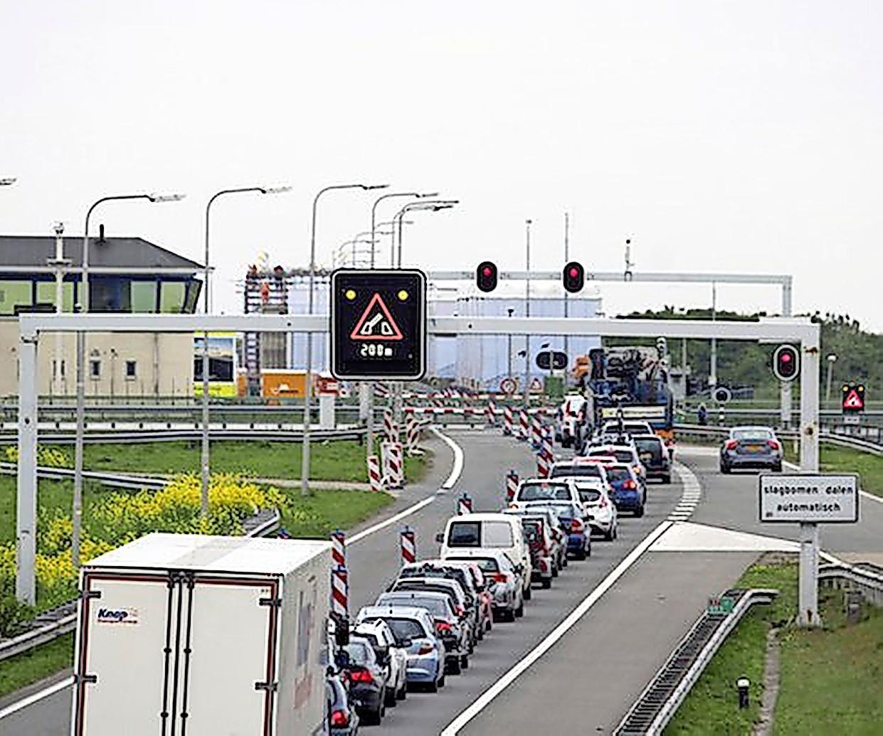 A7 is bij Den Oever in beide richtingen dicht. De brug bij de Stevinsluizen wil niet meer naar beneden. Omrijden via Flevoland