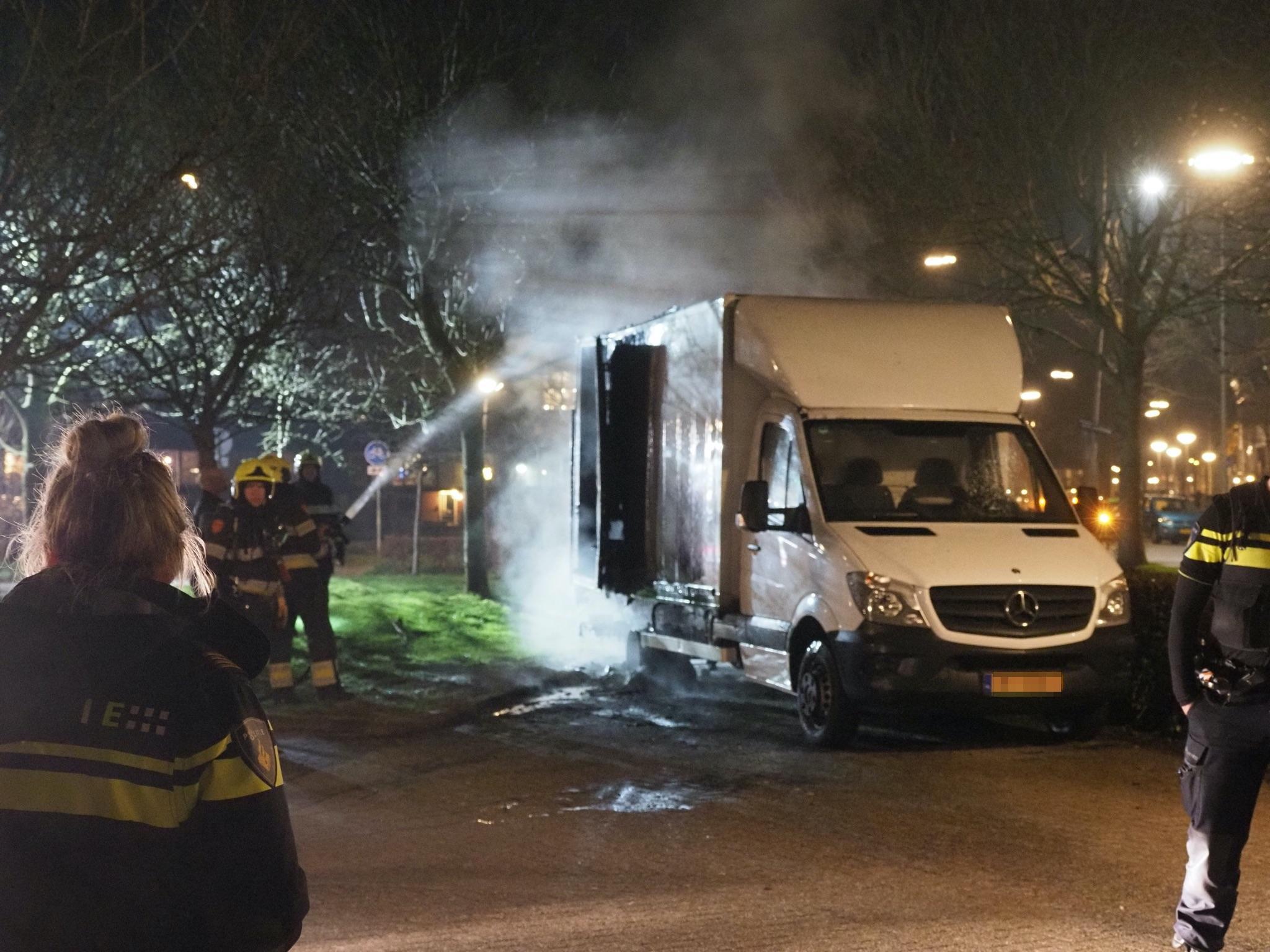 Vlammen slaan uit brandende vrachtwagen in Velserbroek. Politie gaat uit van brandstichting [update]