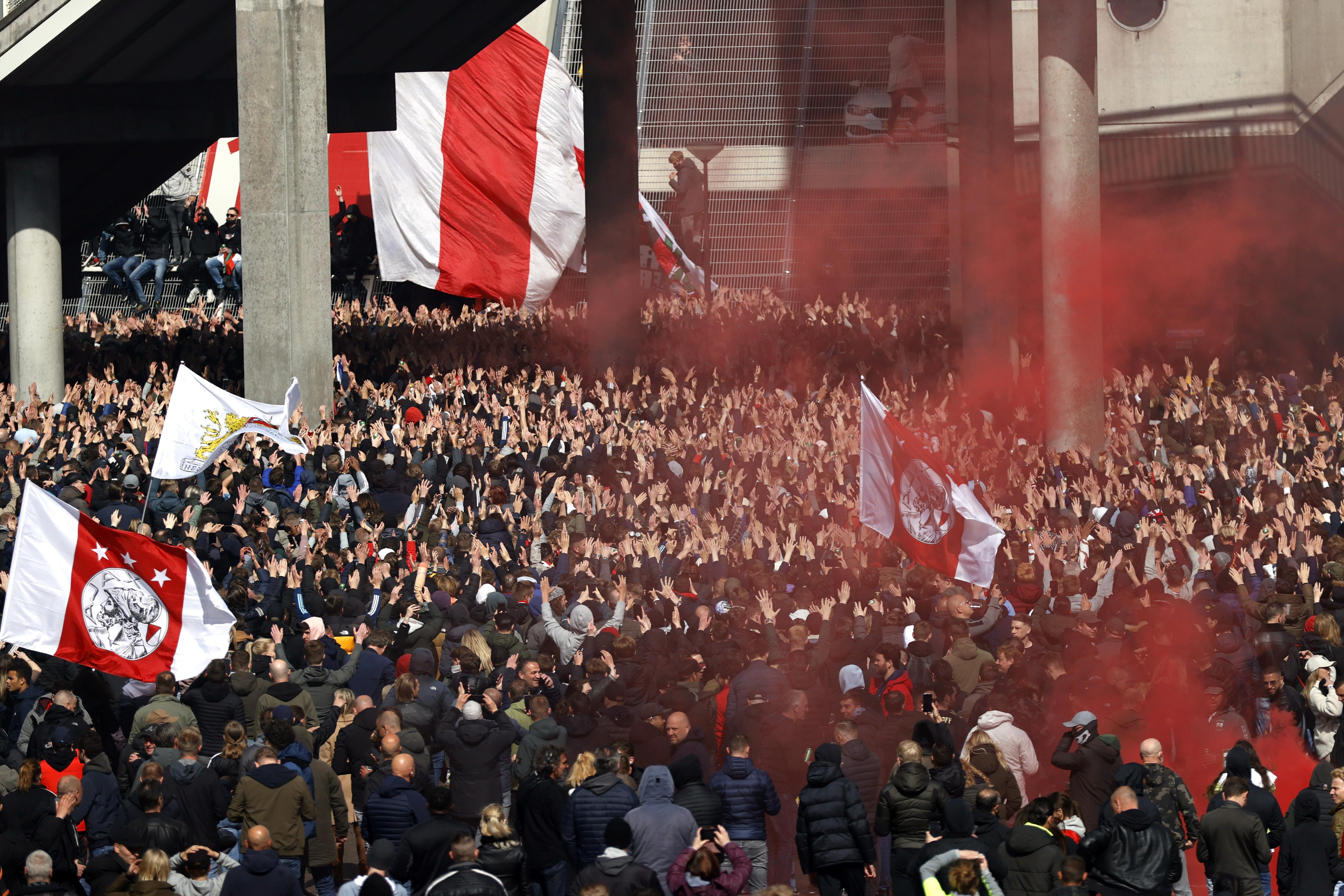 Ajax verslaat FC Emmen en verovert voor 35e keer de landstitel. Spelers vieren landstitel met duizenden supporters [video]