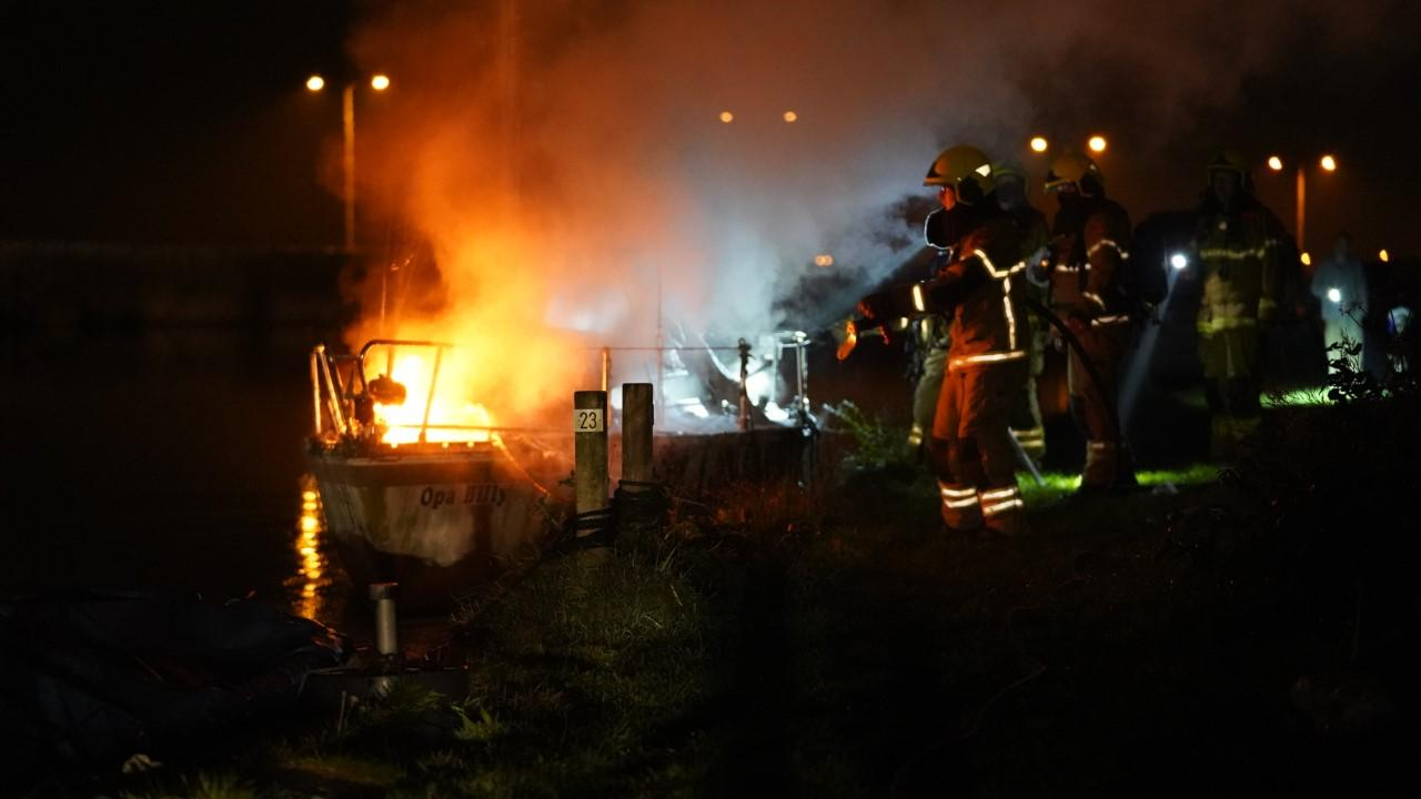 Brand verwoest zeilboot in kanaal bij Oudorp
