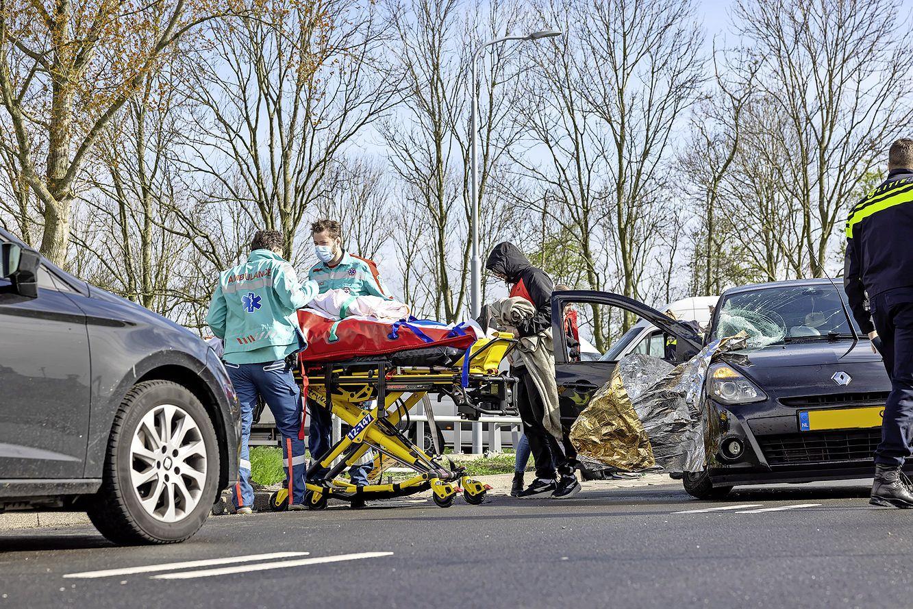 Derde ongeluk in één etmaal, ditmaal met gewonde. Opvallend veel brokken op de kersverse Nieuwe Spaarnwouderweg