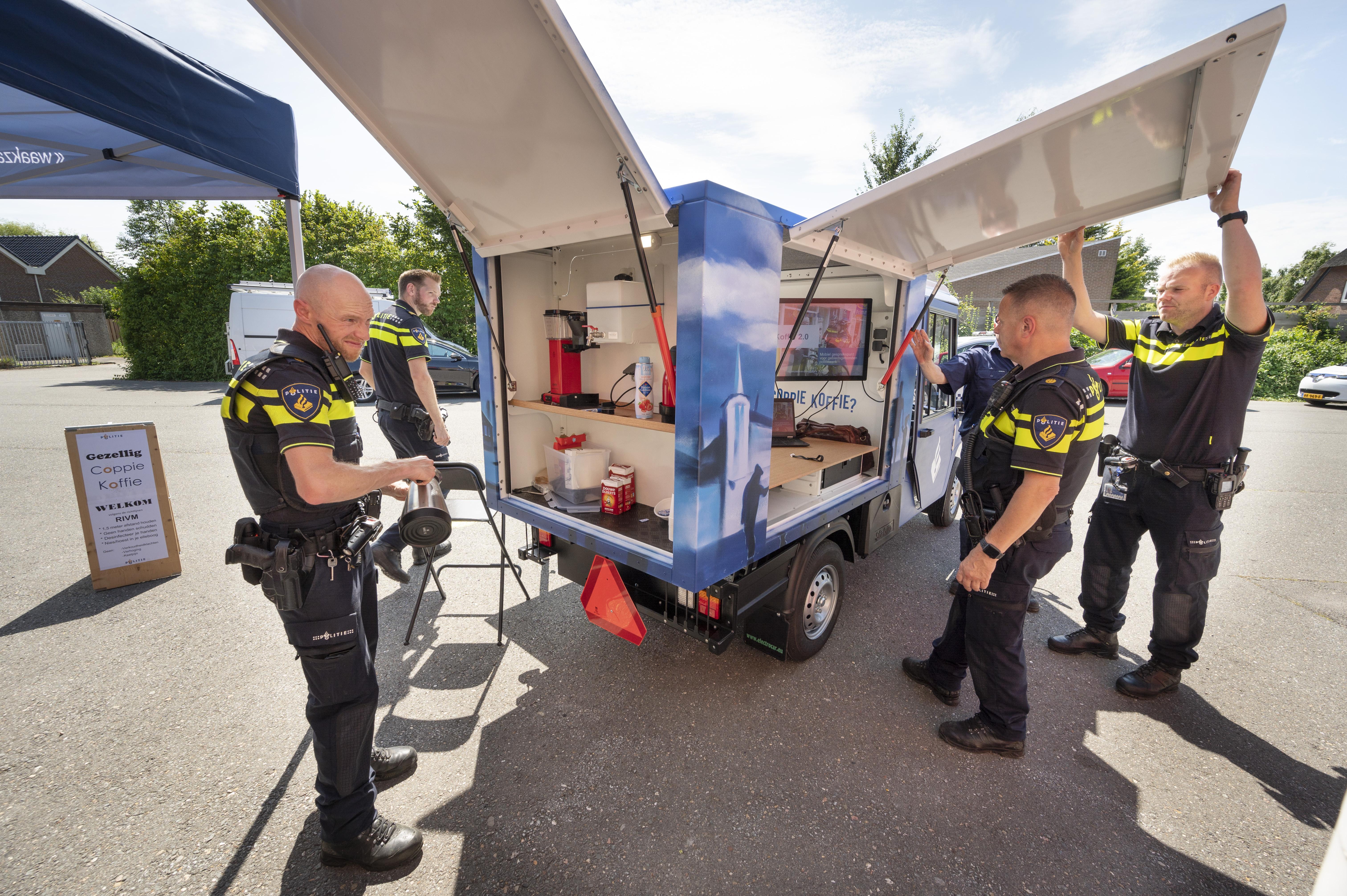 Politie Kaag en Braassem neemt rijdend bureau in gebruik Coppie Koffie voor een gesprek met een agent