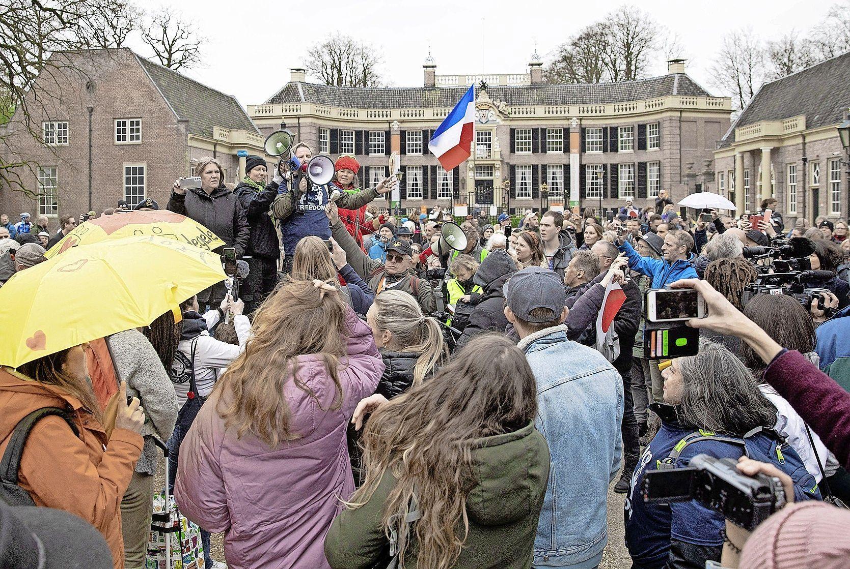 Burgemeester Mark Röell verbolgen over te laat telefoontje van politie over coronademonstratie; Politie had al aanwijzingen, maar Baarn werd pas gebeld toen er niets meer aan te doen was