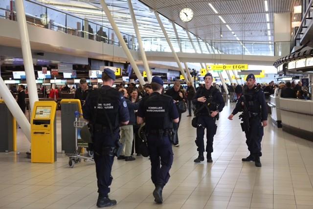 Extra patrouilles Marechaussee op Schiphol na aanslagen Brussel
