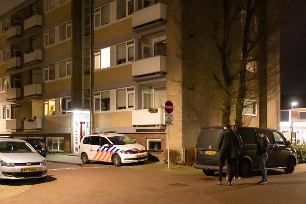 Twee personen aangehouden bij invallen van arrestatieteam in Naarden en Bussum, drie jonge kinderen in woning aanwezig