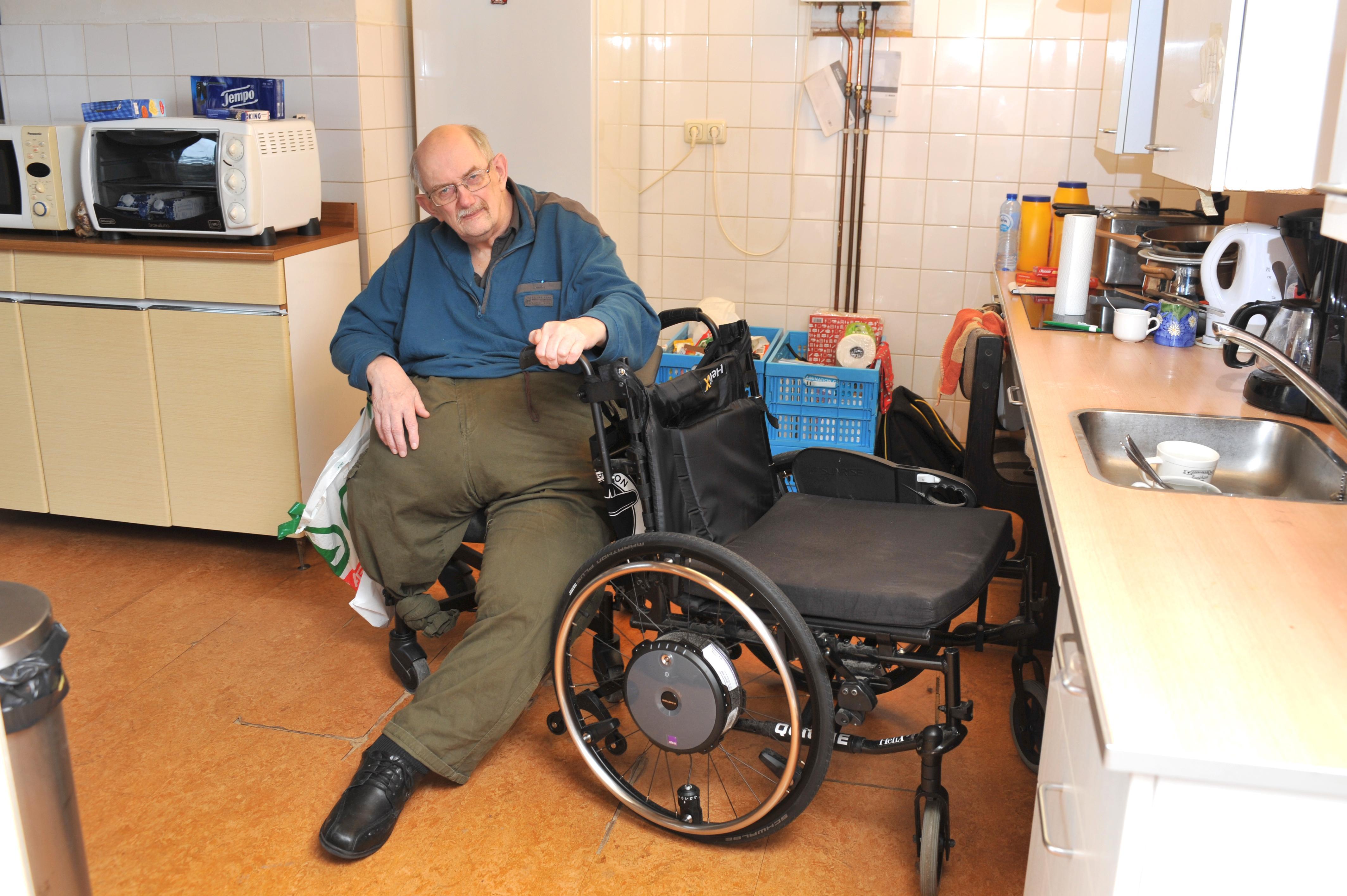Invalide Wijk aan Zeeër Frank wacht met smart op speciale elektrische rolstoelwielen: 60-plusser kan door vertraagde levering 'al maanden de deur niet meer uit'