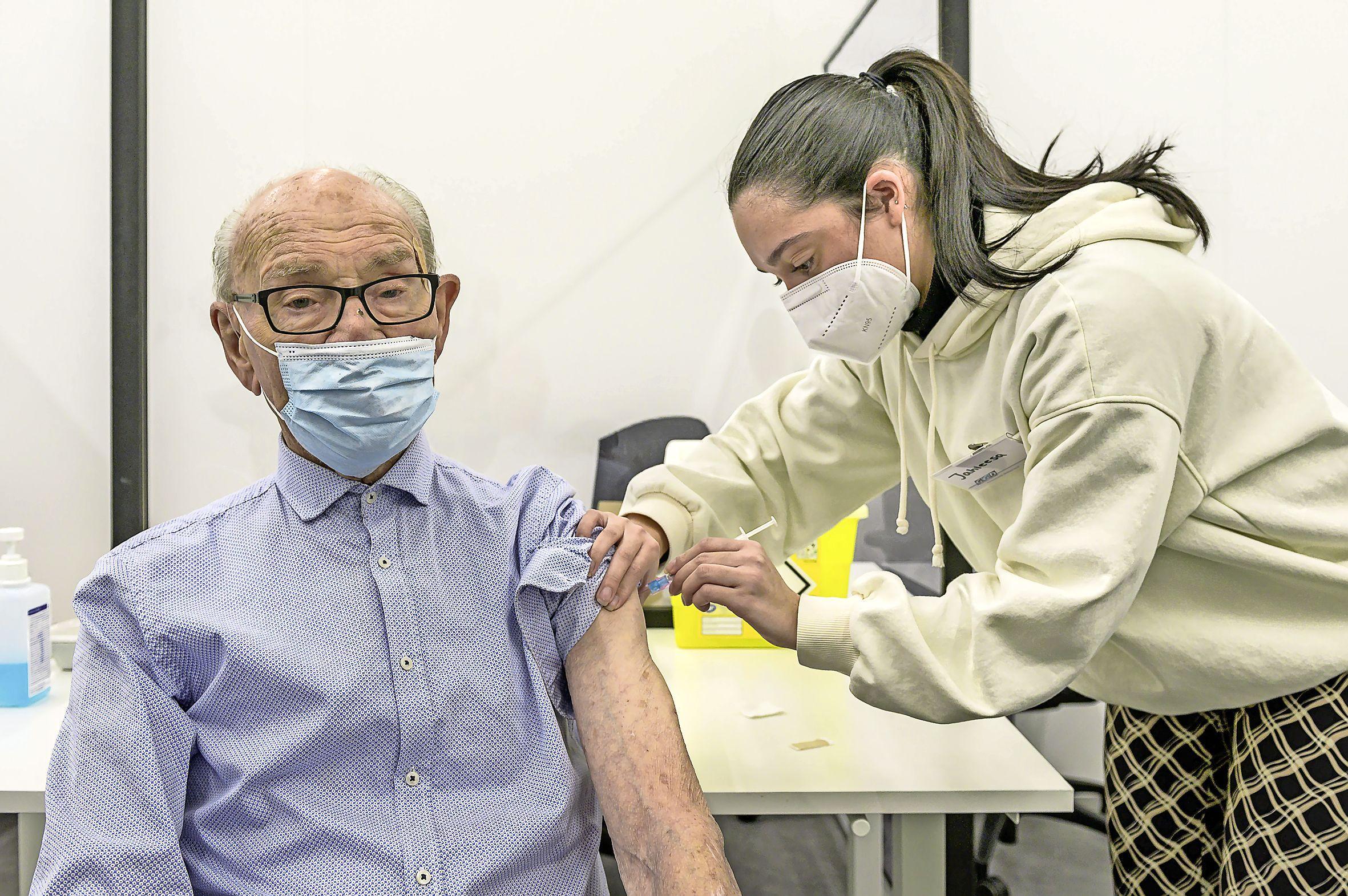 Vaccinatiecijfers corona: ouderen in Zaanse wijk Poelenburg én Volendam lopen flink achter, Edam, Broek in Waterland en Westerkoog staan vooraan als het om een prik gaat