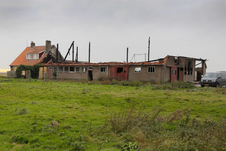 Van leegstaande schuur aan Tussenweg in Middenmeer is na brand nog maar weinig over