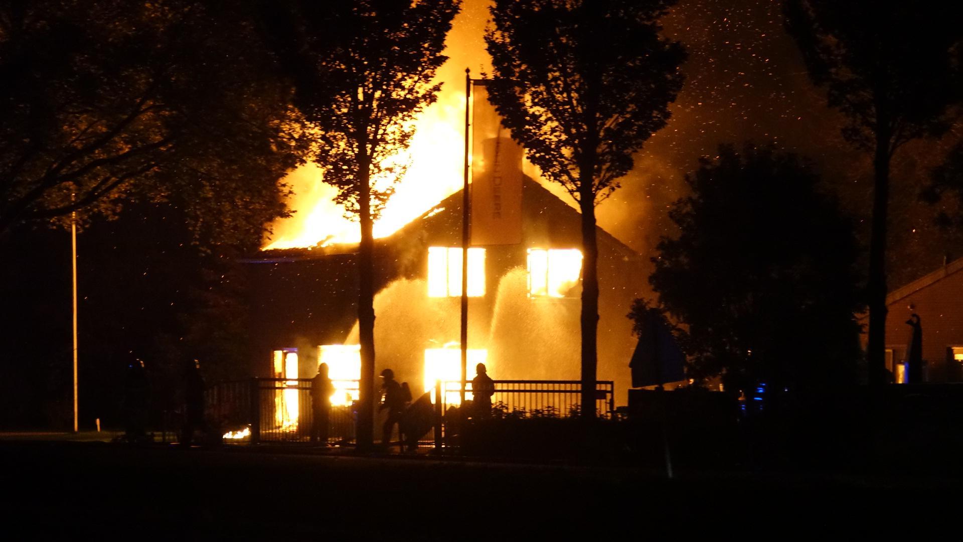 Woning in Venhuizen volledig verwoest door grote brand: bewoners op vakantie [video]