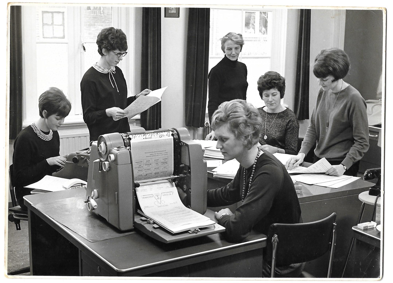 Na 56 jaar handwerk en inspiratie valt het doek voor dorpsblad Venhuizer Varia