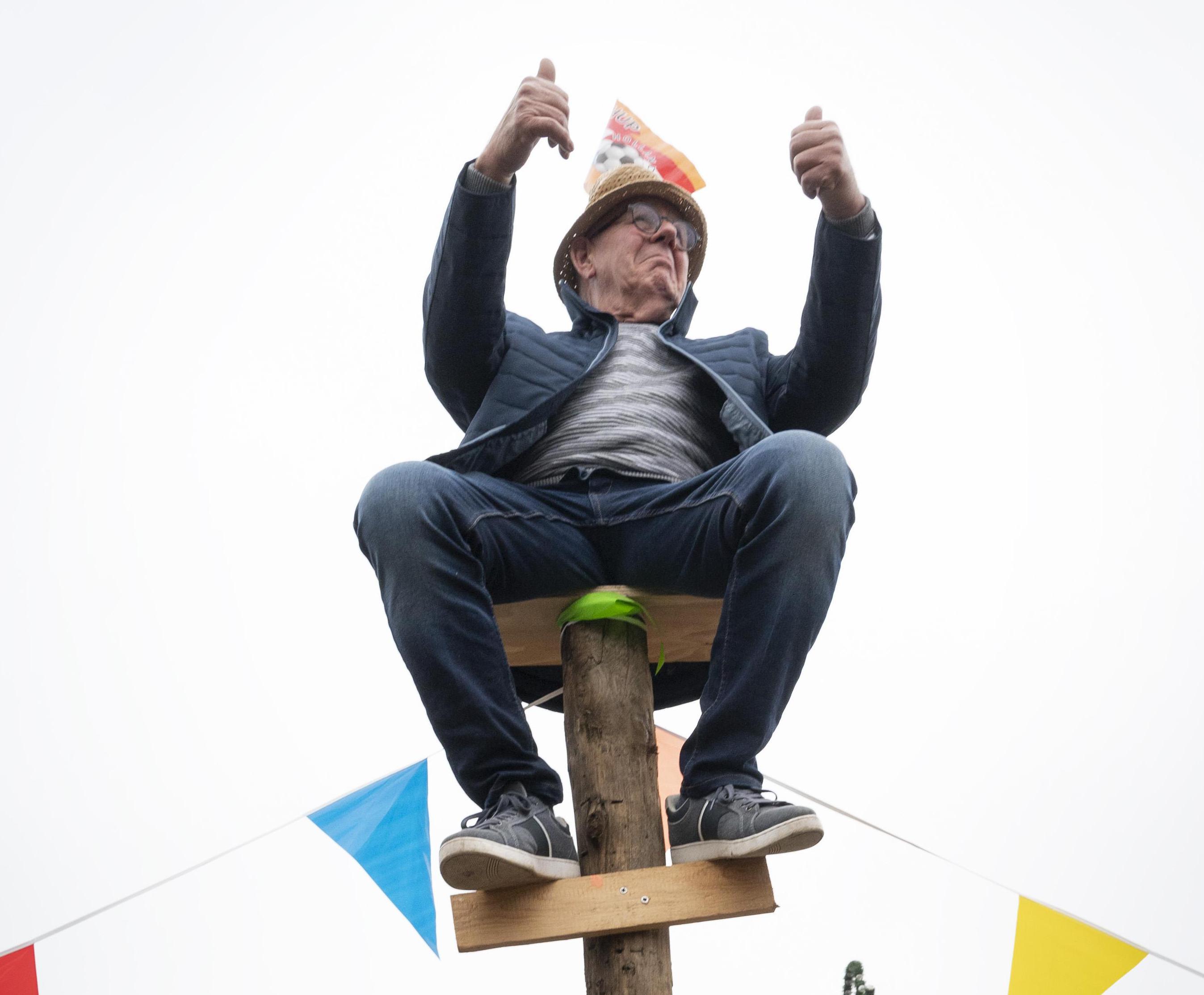 Voormalig wereldkampioen De Jong (75) zit weer even op paal: 'Het hout was zachter dan toen'