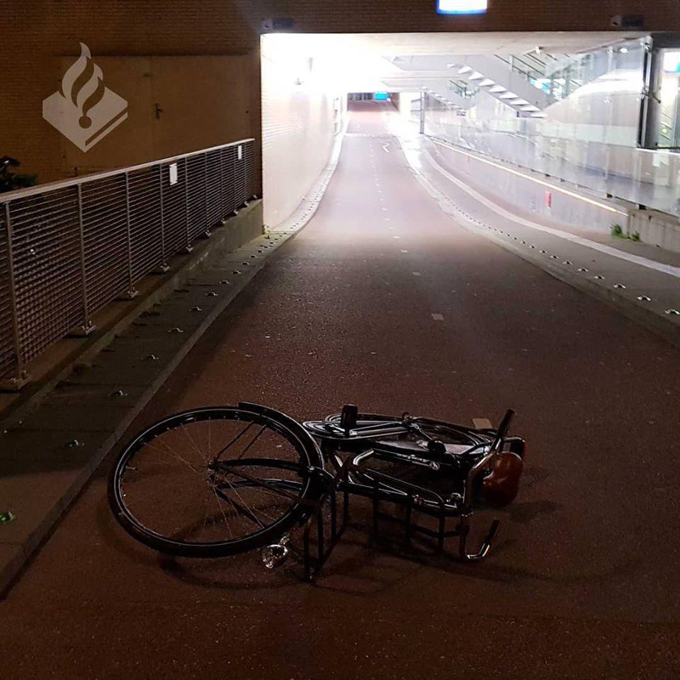Bussumse spoorloper smijt met fietsen en een reclamebord
