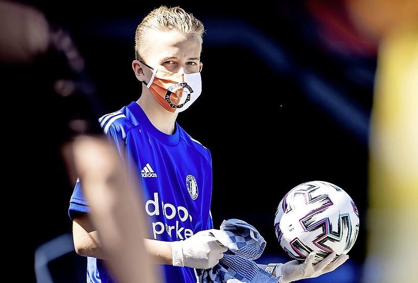 Na uitbraak Ajax test Feyenoord de hele selectie op coronavirus. Derby in De Kuip zondag gewoon met publiek. Ajax laat geen toeschouwers toe bij oefenwedstrijd zaterdag tegen RKC
