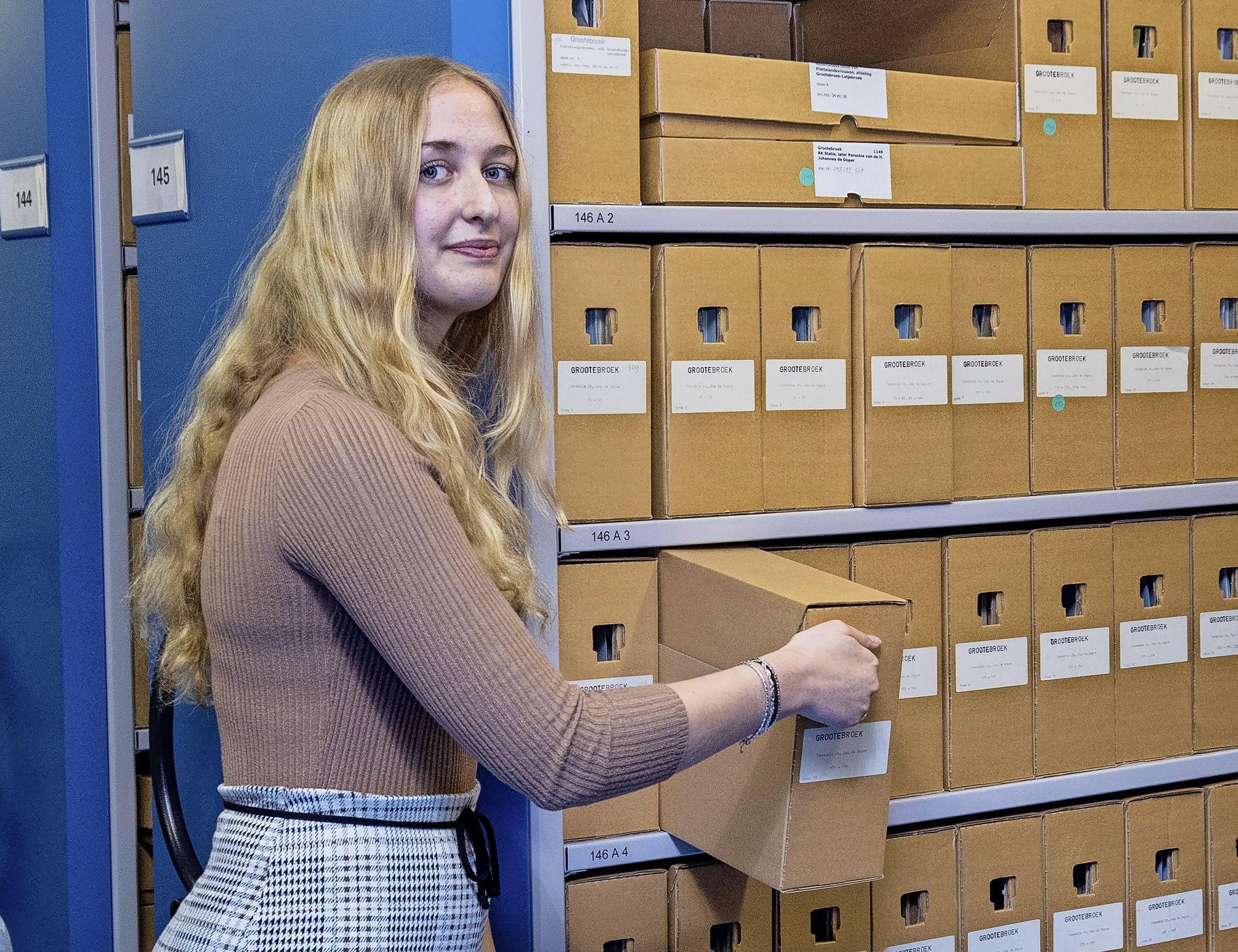 Geschiedenisstudent Laura (22) selecteert voor Westfries Archief eerste bronnen over vrouwenrecht in de 20e eeuw. 'Veel verhalen van mijn opa's en oma's meegekregen'