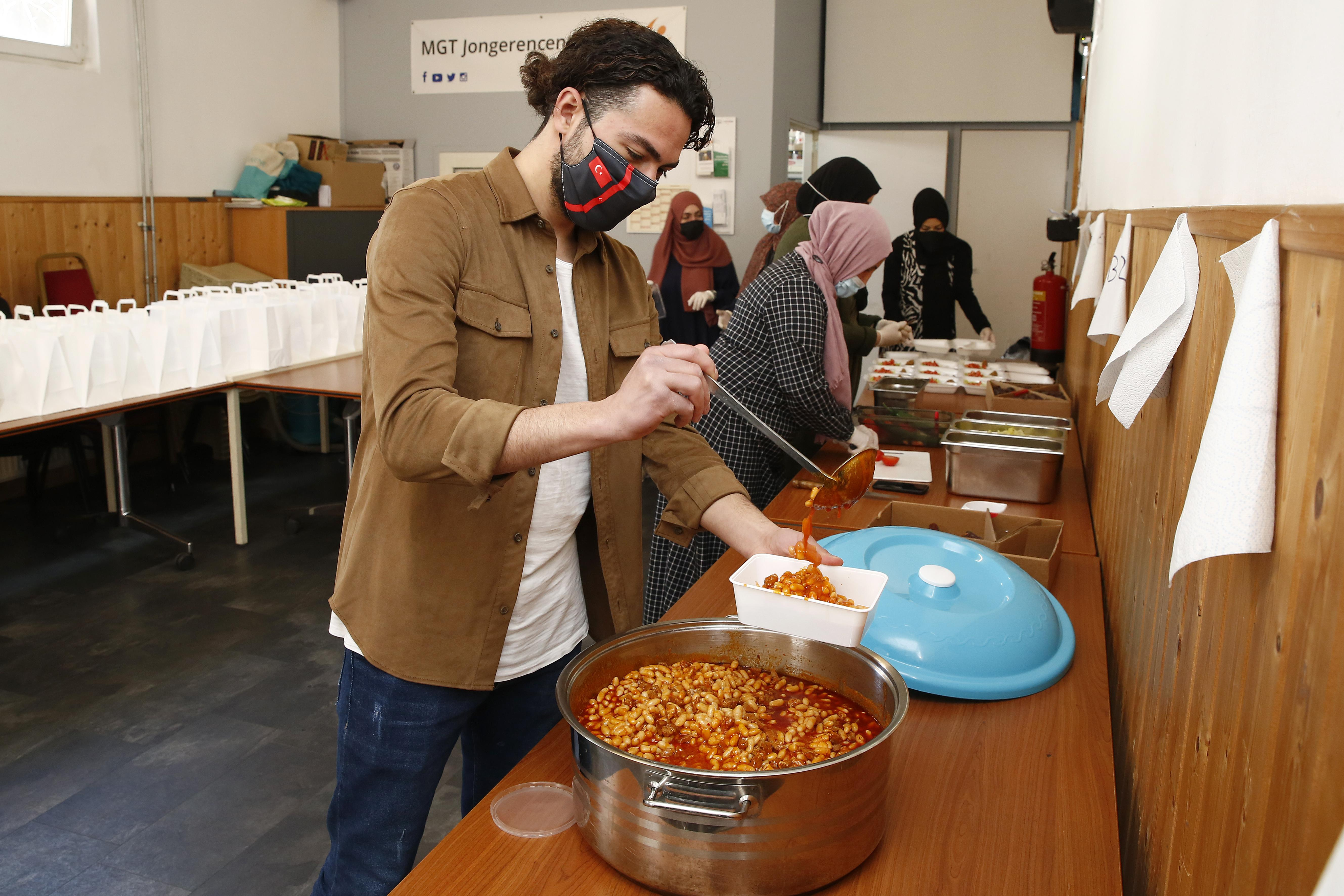 Stichting Milli Görüş in Hilversum bereidt iftar-voedselpakketten voor gezinnen die het minder hebben