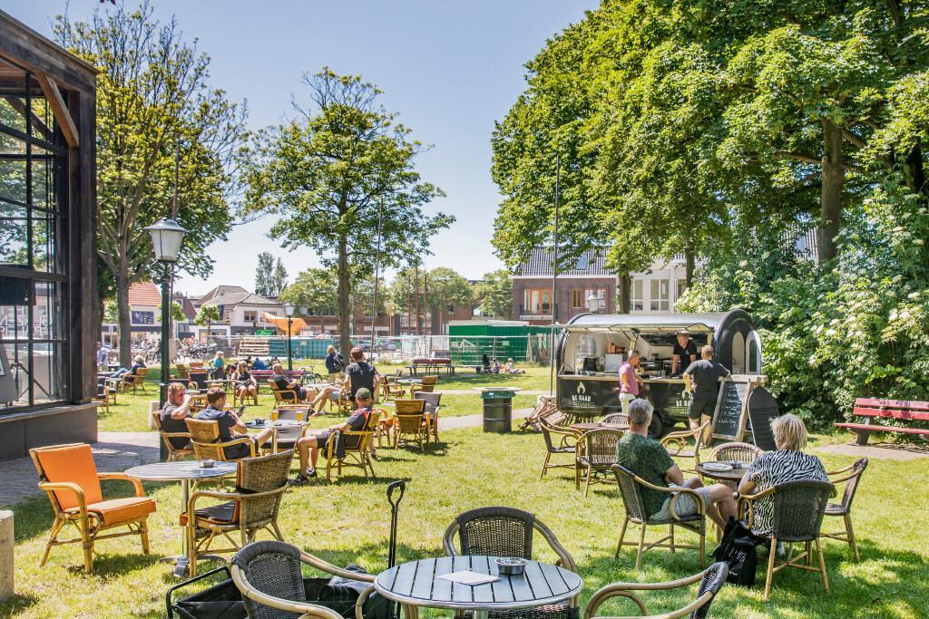 Geen 'eilandterrassen' meer op Texel, maar grotere terrassen zijn deze zomer weer toegestaan. 'Onvoorwaardelijk draagvlak'