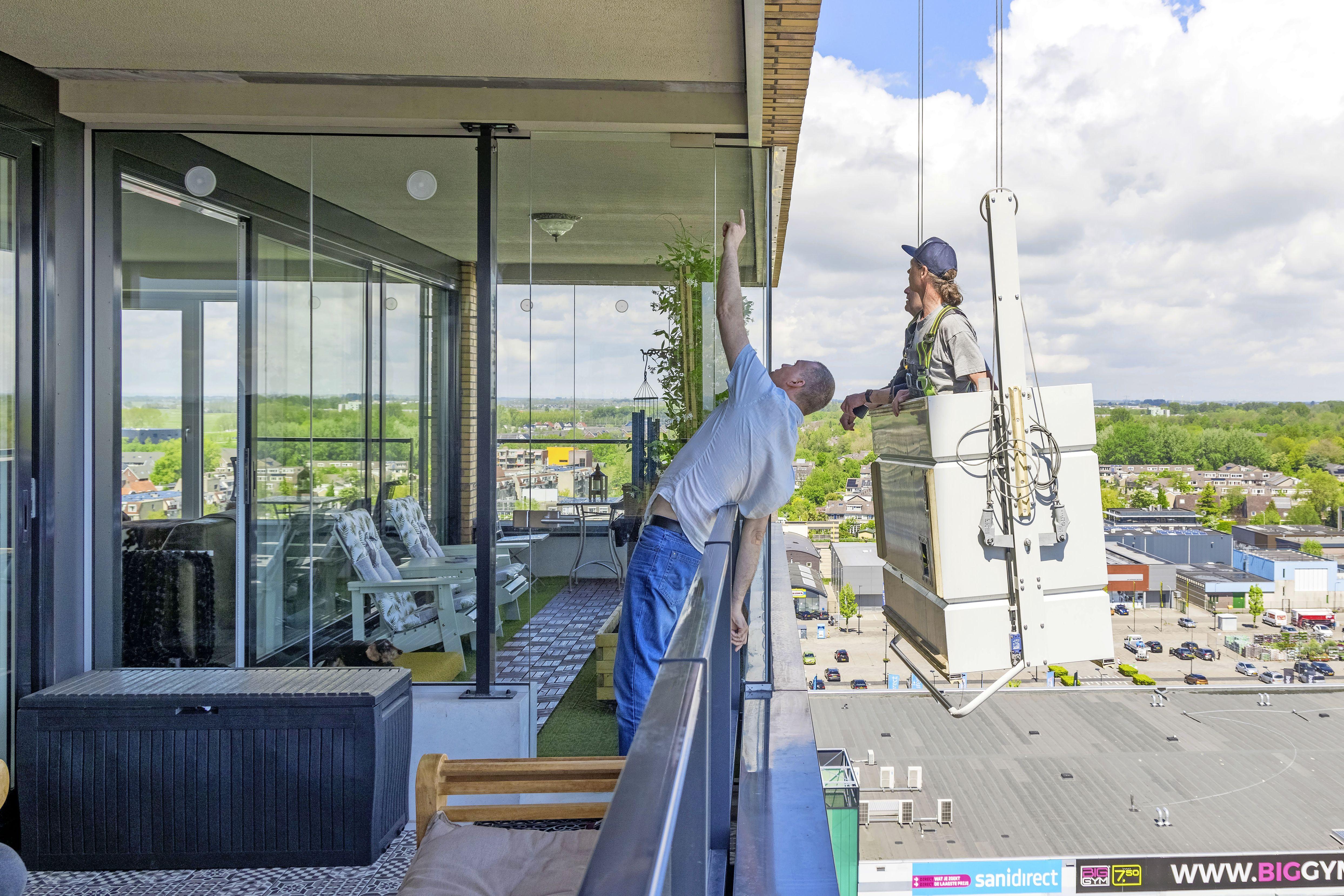 Conflict over water in serres van Toren in Hoorn loopt hoog op; bewoonster Jackie Sahl strijdt als 'luis in de pels' van bouwer Scholtens [video]