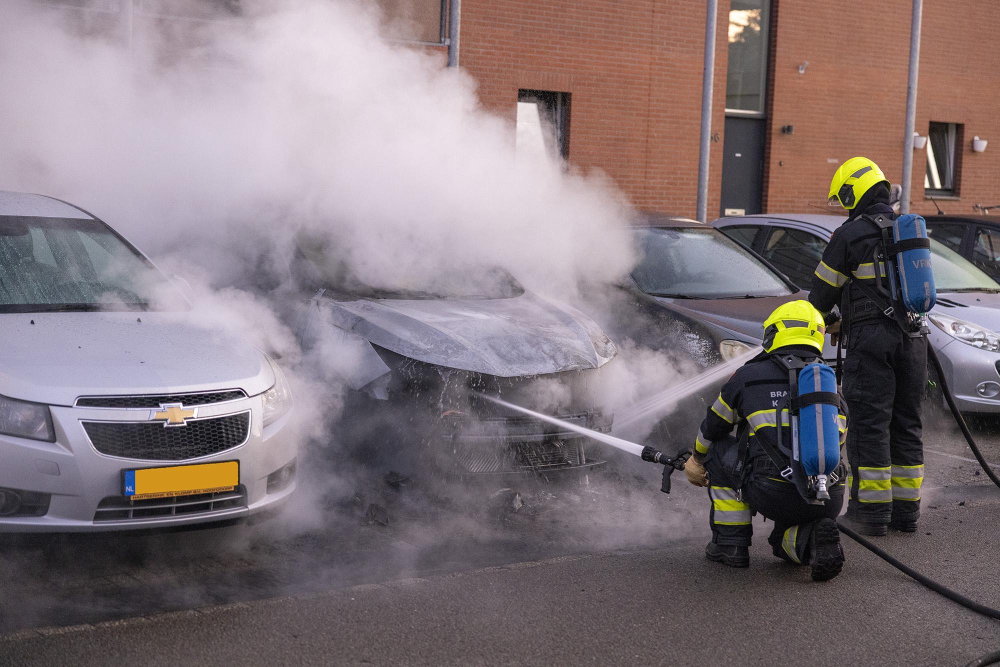 Geparkeerde auto verwoest door brand in Haarlem