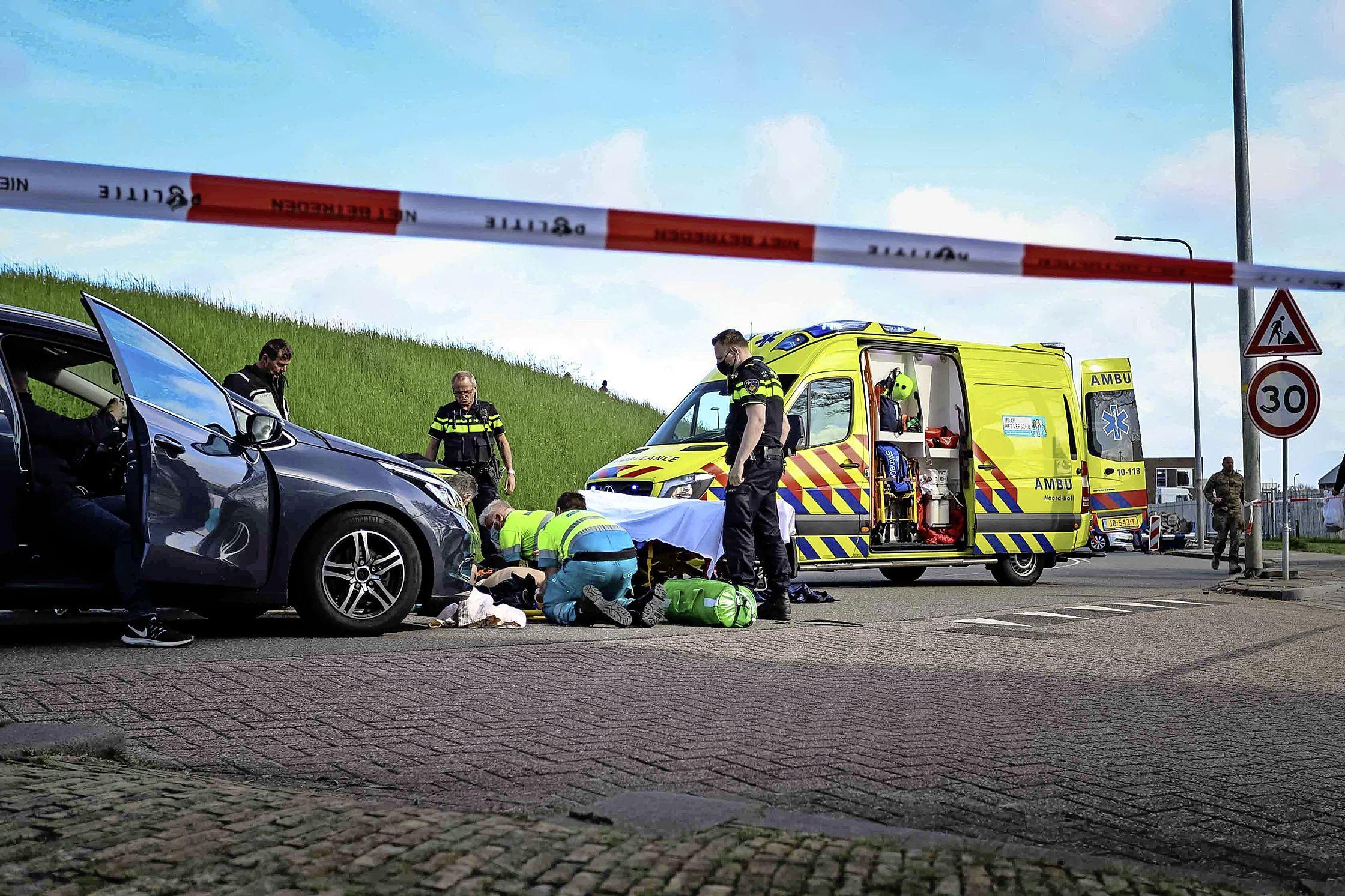 Motorrijder gaat in bocht onderuit en glijdt tegen auto aan in Den Helder, slachtoffer meegenomen naar het ziekenhuis
