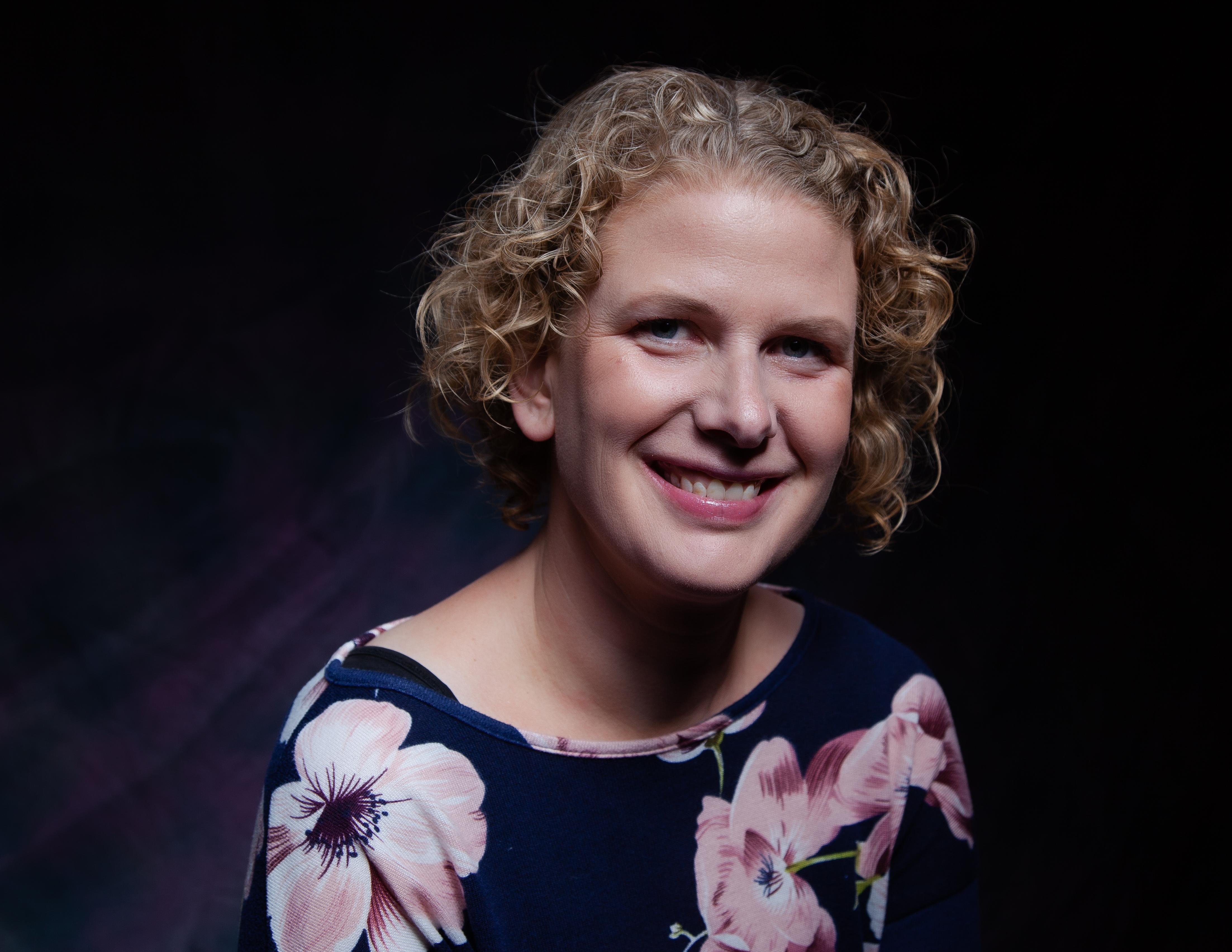 Pianiste Marieke Duin uit Zwaag voelt persoonlijk contact in kleine live-optredens. 'Ik hoop met muziek mensen blij en minder angstig te maken'