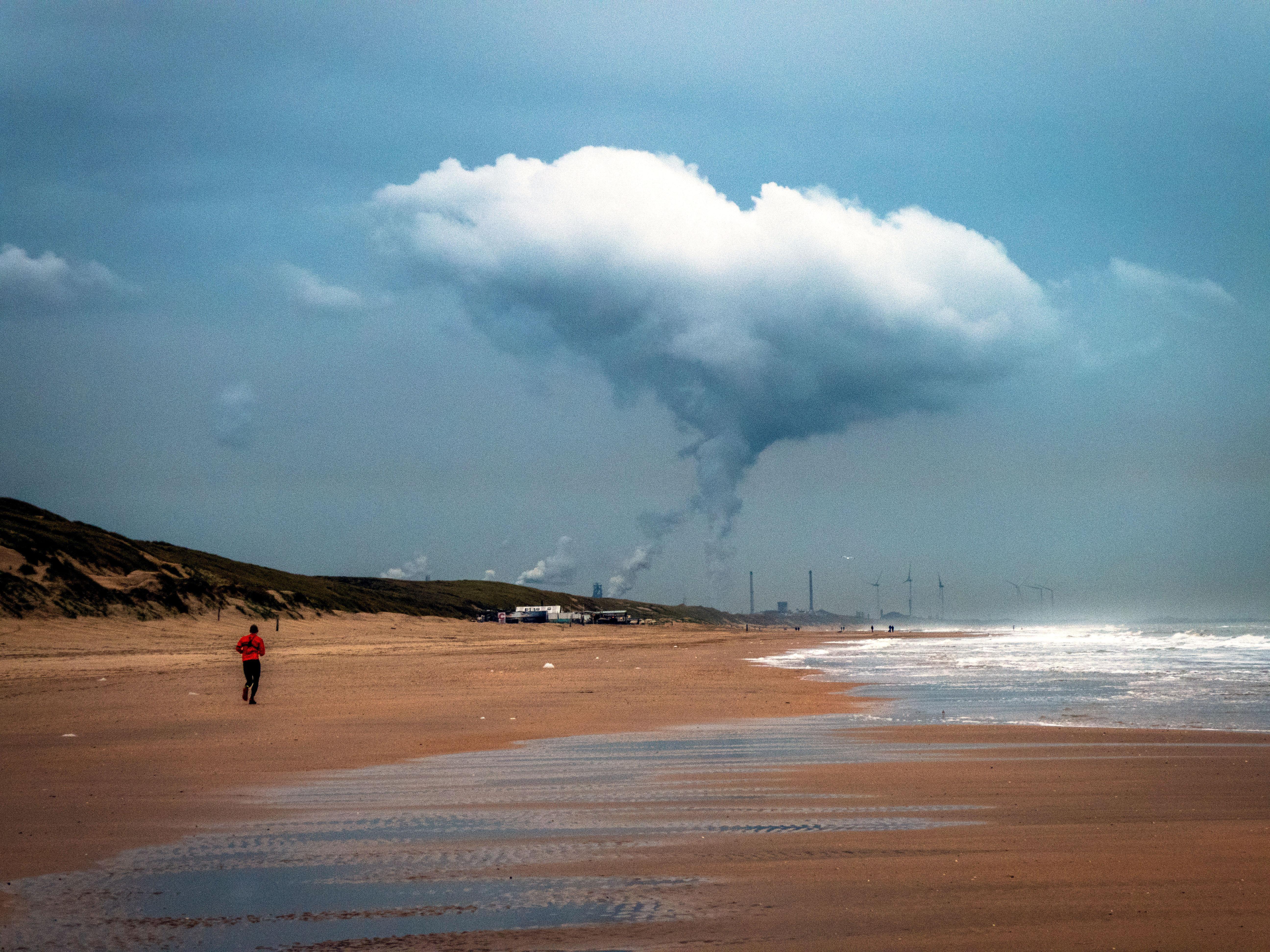 Steeds meer inwoners Wijk aan Zee doen aangifte bij politie tegen Tata Steel vanwege milieuvervuiling in hun dorp