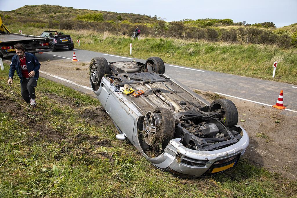 Auto slaat over de kop in Overveen, weg richting Zandvoort afgesloten