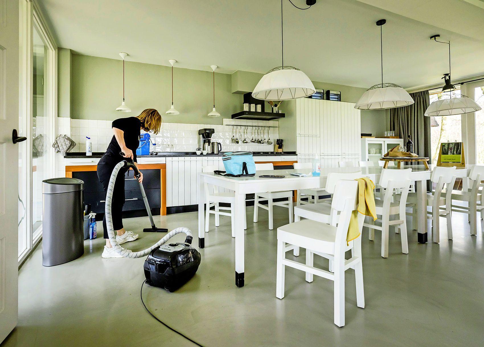 Veel mis met arbeidsomstandigheden schoonmaak in vakantieparken; Inspectie SZW onderzocht vijf vakantieparken, onder meer in Monnickendam