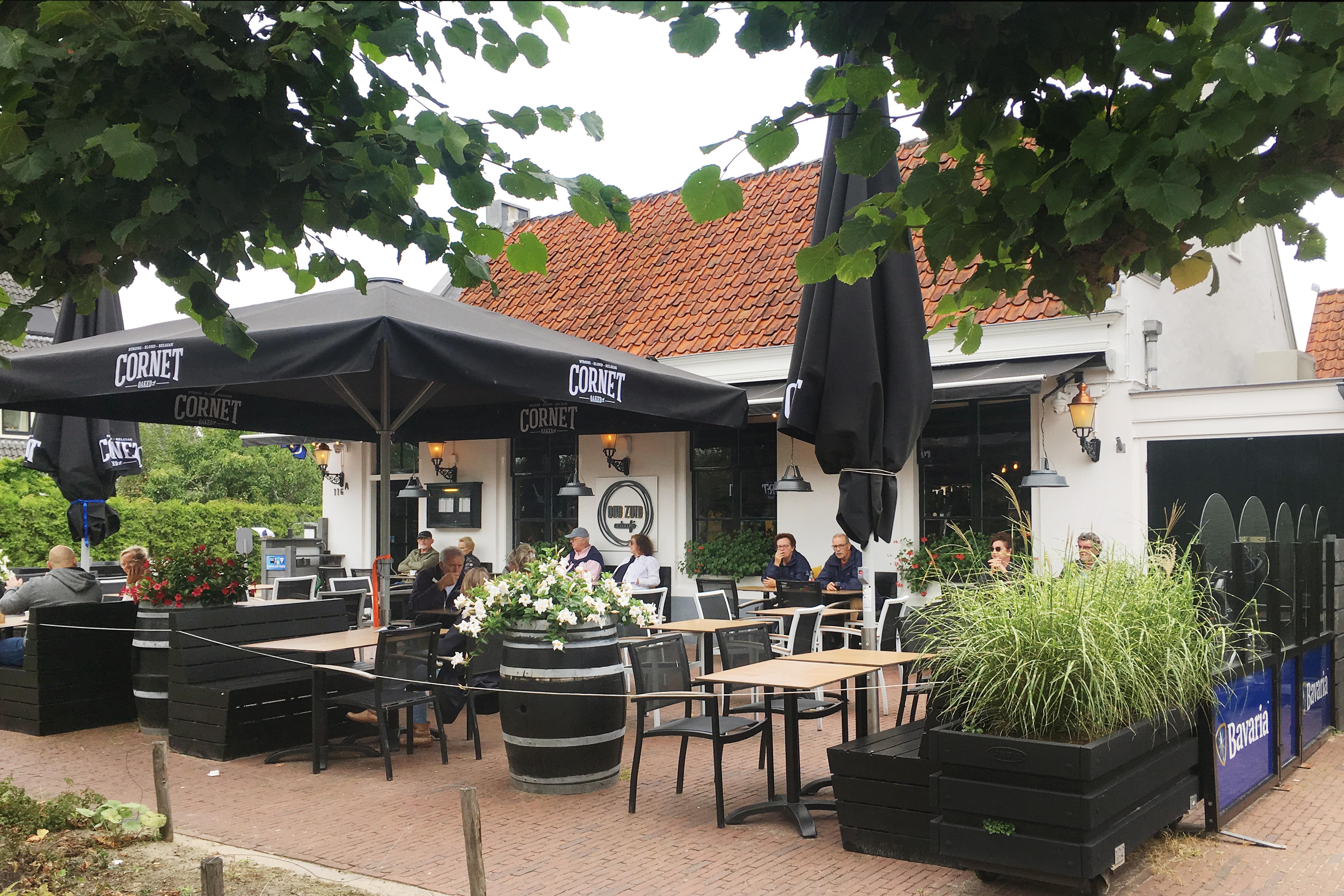 Terrassentest: ondanks de drukke doorgaande weg is het goed toeven bij eetcafé Oud Zuid in Loenen
