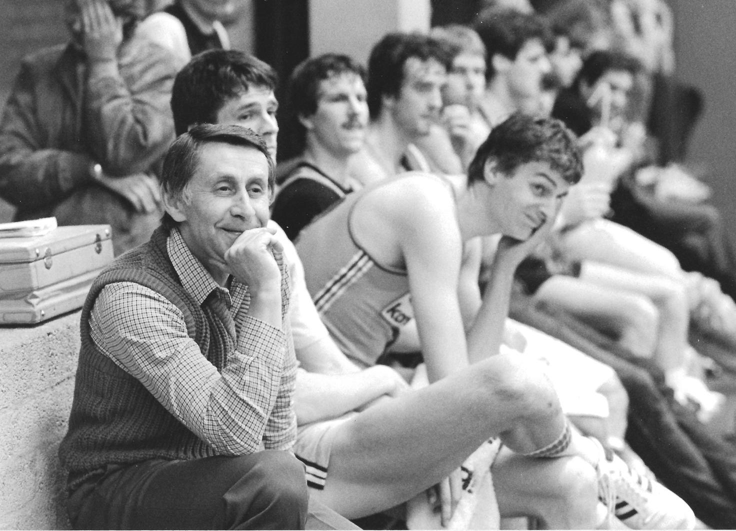 'Oom Vladi was een lichtend voorbeeld van een veel te aardig mens in een veel te harde maatschappij.' Mart Smeets over Vladimir Heger (1932-2021), die zo veel betekende voor het Nederlandse basketbal