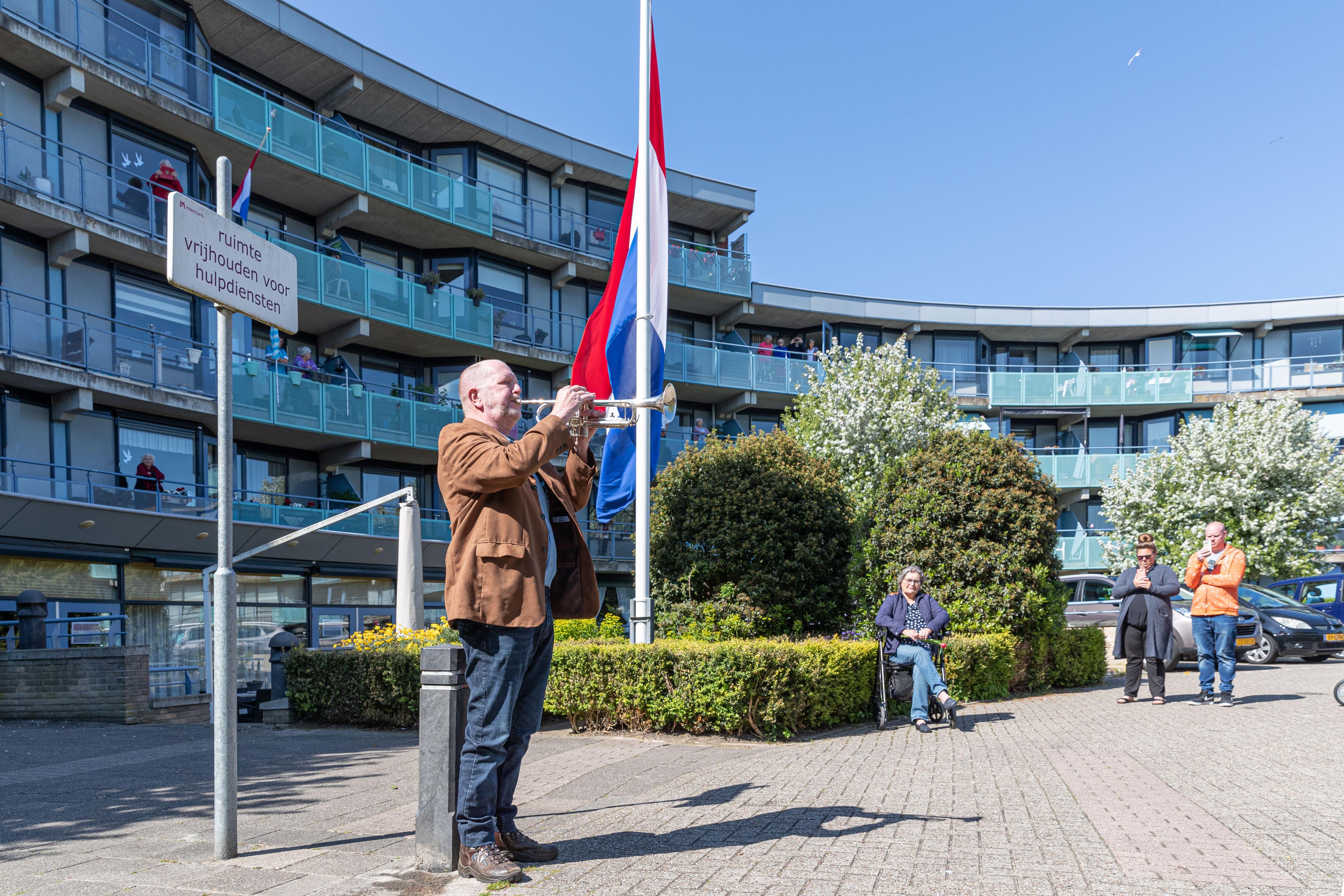 Bewoners van Betsy Perk in Hoorn herdenken de oorlogsdoden in hun eigen tuin [video]