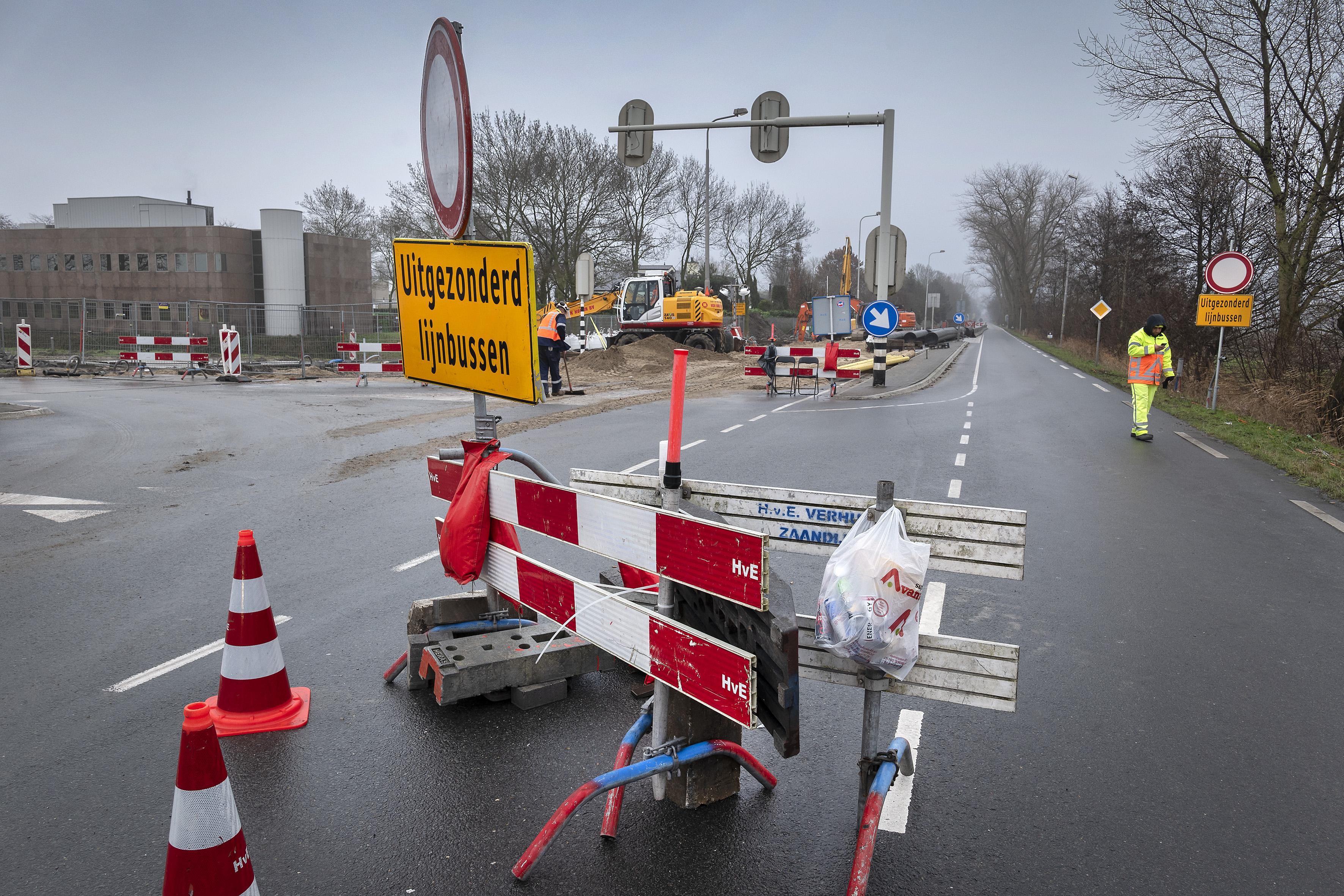 Deel Schipholweg in Badhoevedorp afgesloten voor leggen kabels en leidingen