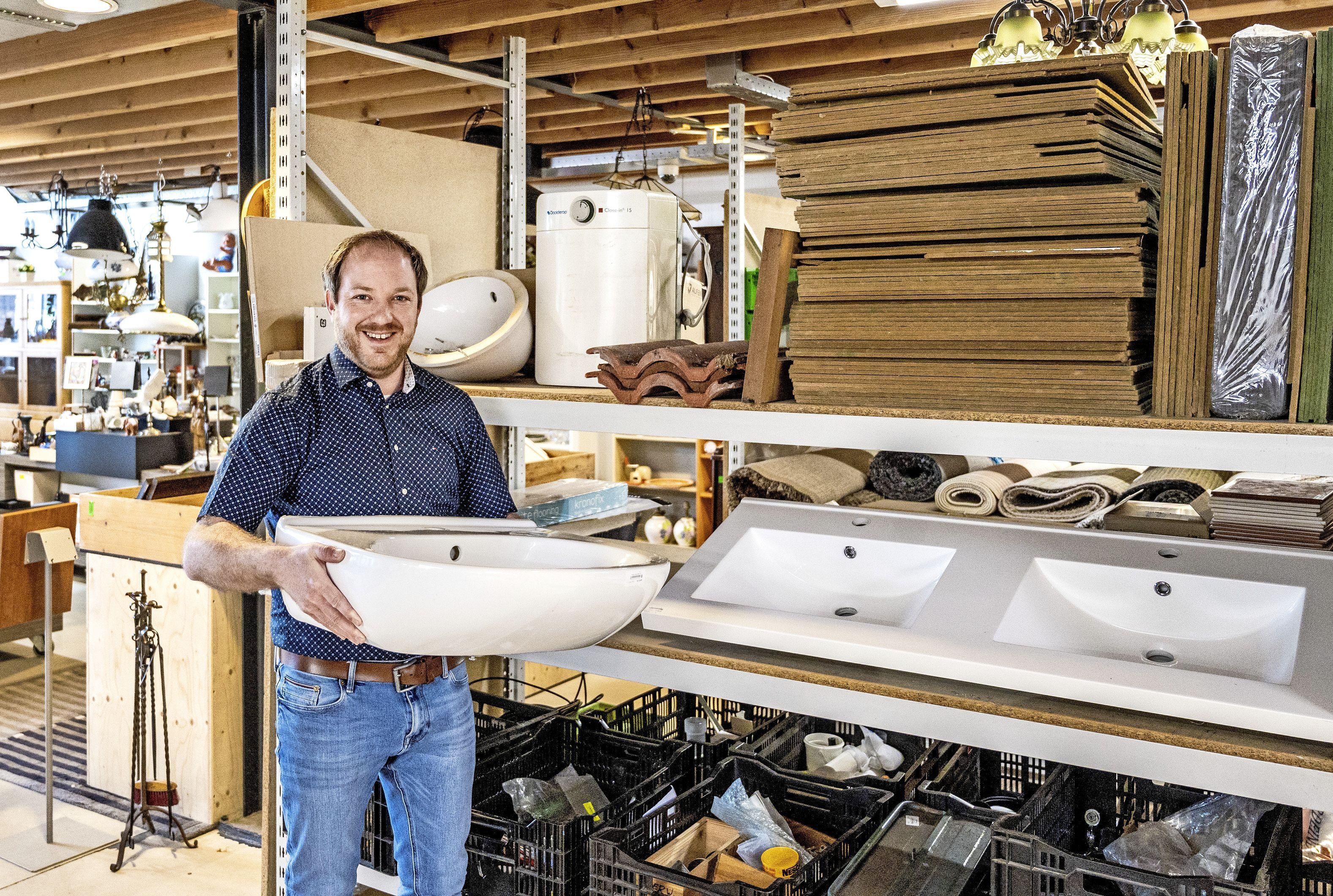 Voor een wasbak naar de kringloopwinkel; Snuffelmug in Heemstede doet nu ook in bouwmaterialen