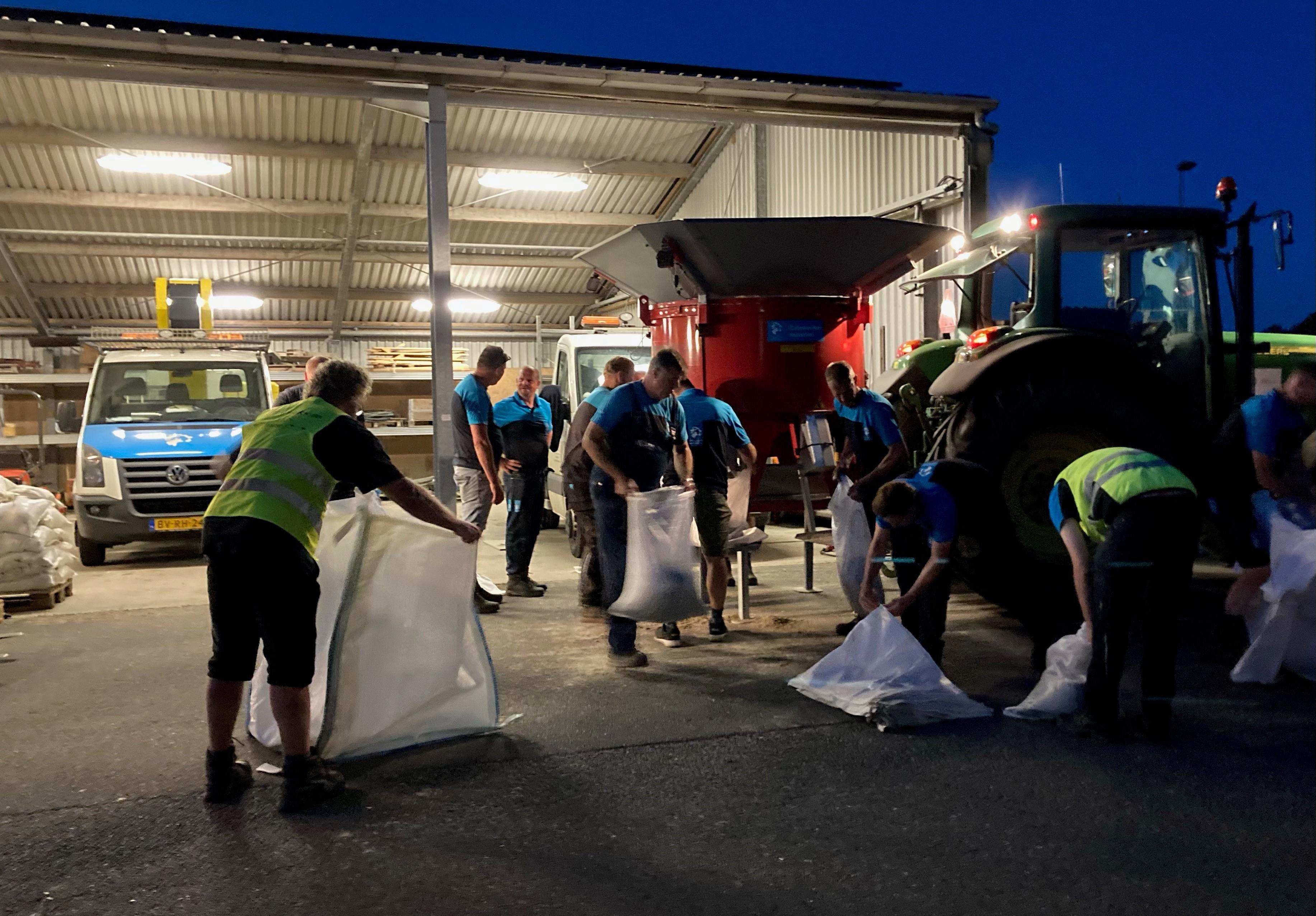 Hoogheemraadschap maakte nacht van zaterdag op zondag overuren: zandzakken vullen voor Limburg