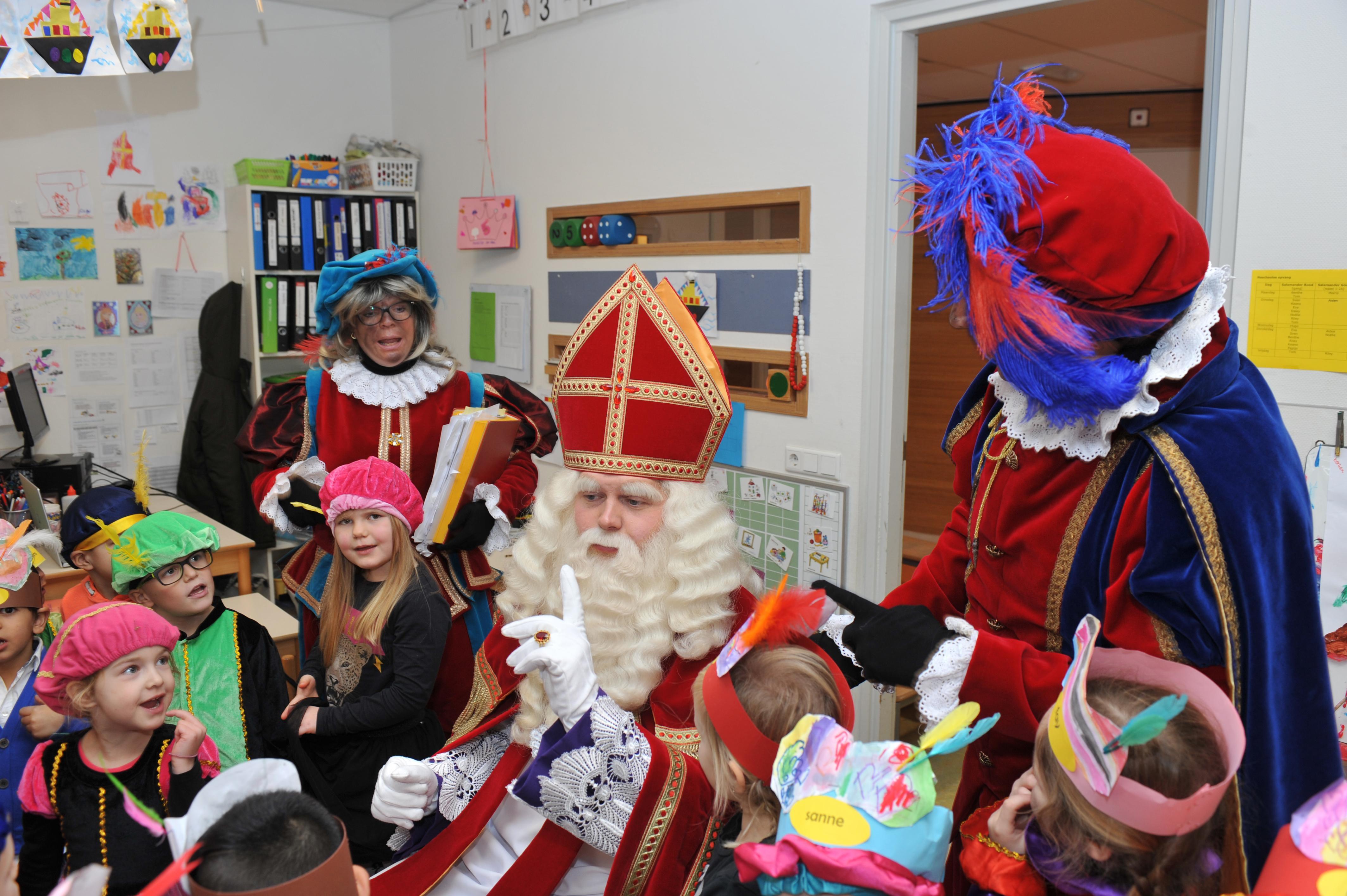 Sinterklaas duikt uit het niets op in basisschool De Zeester in Beverwijk. 'Het is een gemis dat de ouders er niet bij mochten zijn, maar heel fijn dat de kinderen Sinterklaas wel hebben kunnen zien'