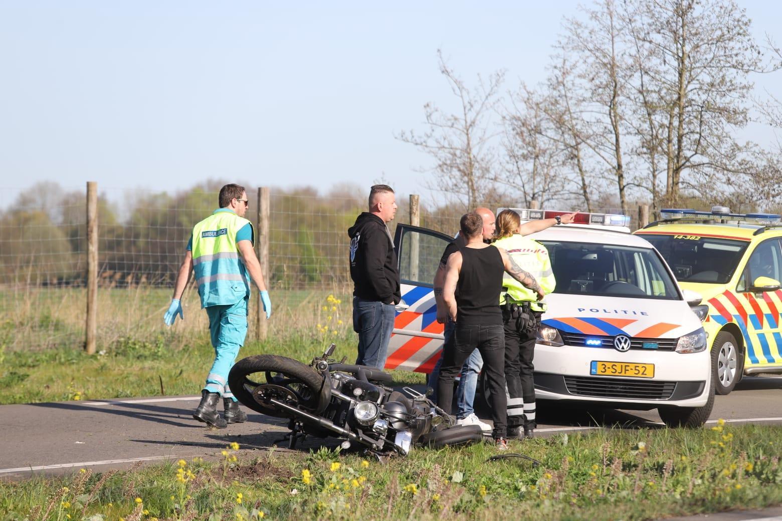 Motorrijder met spoed naar ziekenhuis na valpartij in Ankeveen