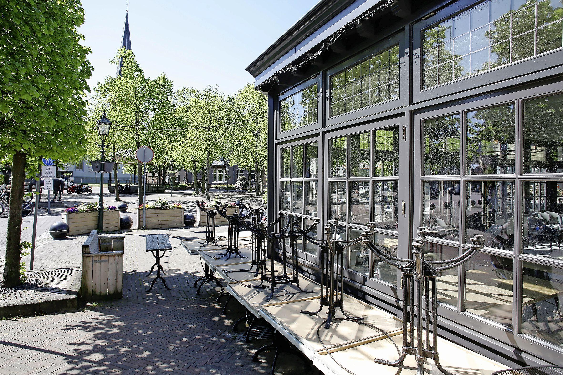 Bij café Prins Hendrik in Baarn staan de gasten al te trappelen voor de deur. Uitbater Lennaert houdt de boot nog af. 'Eerst die persconferentie maar eens zien'