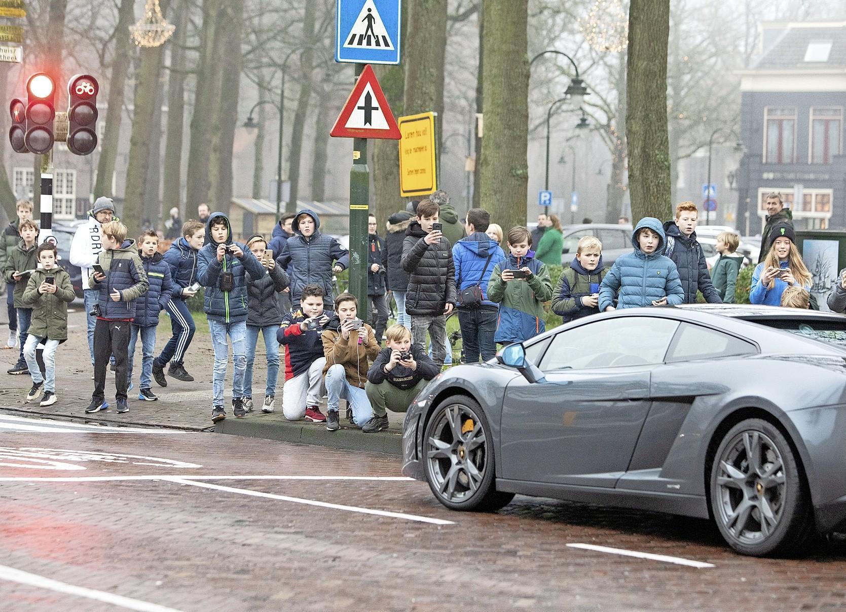 Laren legt autospotters en hard optrekkende 'pronkwagens' aan banden, grote kans op fikse boete: 'De tijd van pappen en nathouden is voorbij'