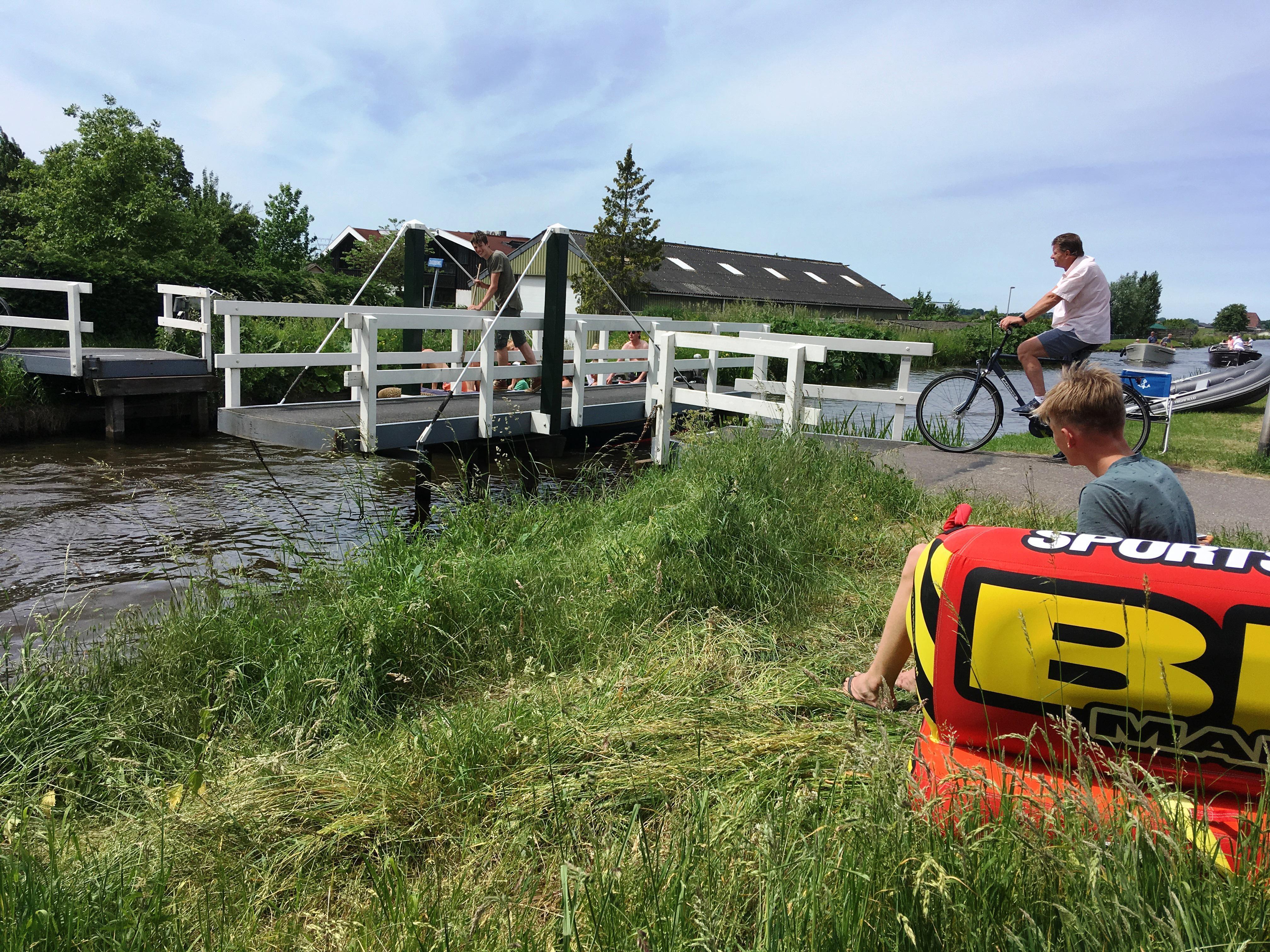 Tom (15) en Loek (14) verdienen bij met draaien van brug bij Oud Ade