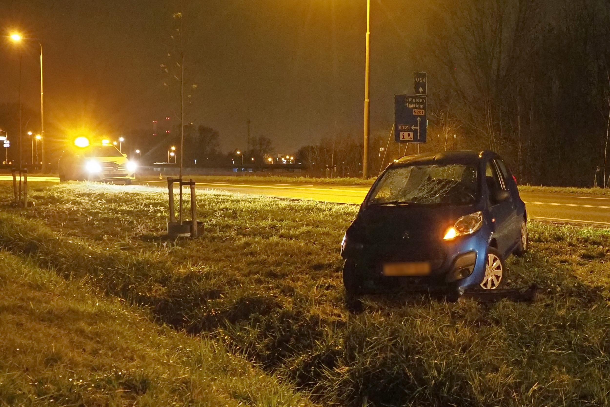 Auto raakt van de weg in Velsen-Zuid en ramt twee verkeersborden; voertuig zwaar beschadigd