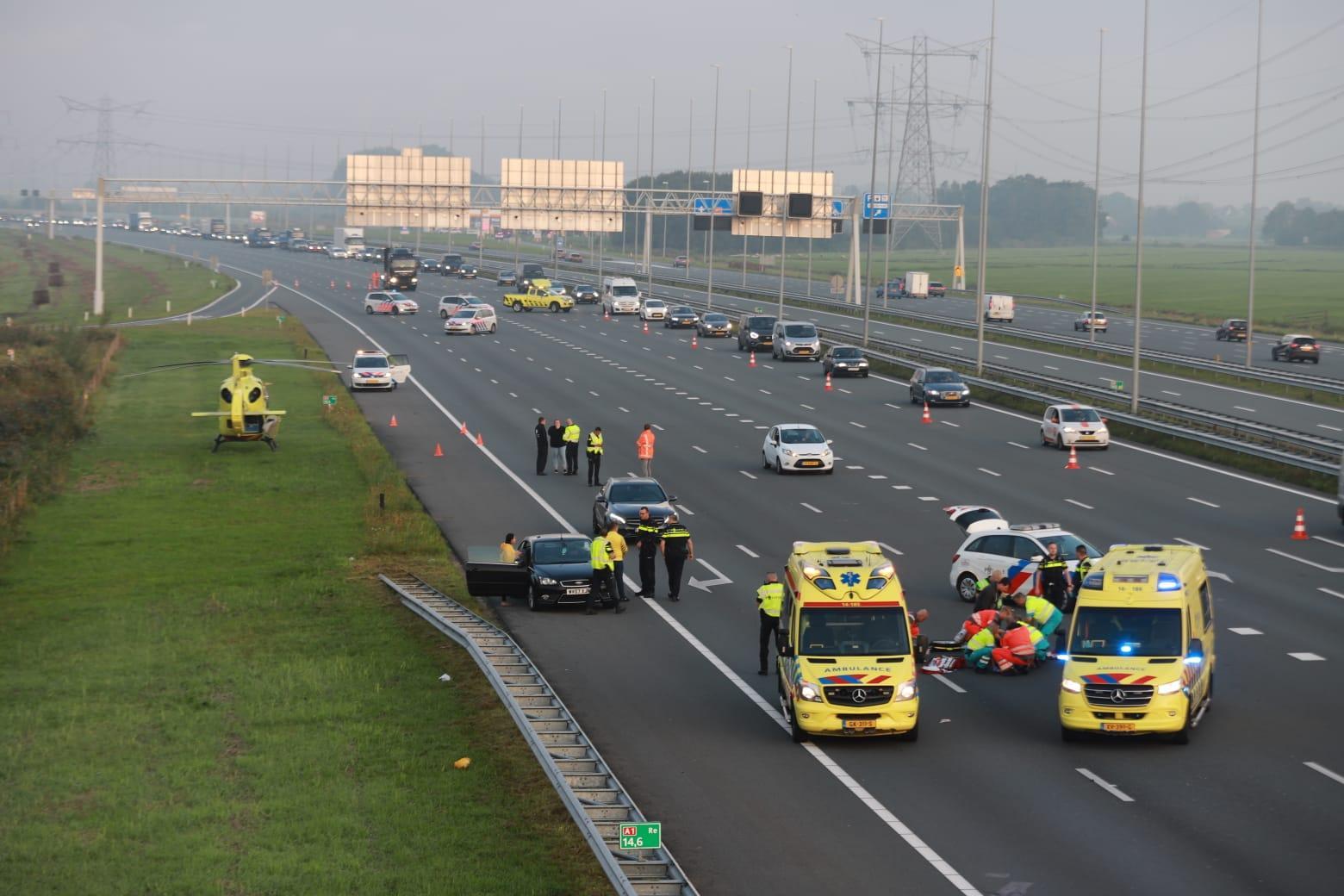 Zwaargewonde bij ongeluk op de A1 bij Muiderberg, traumahelikopter ingezet