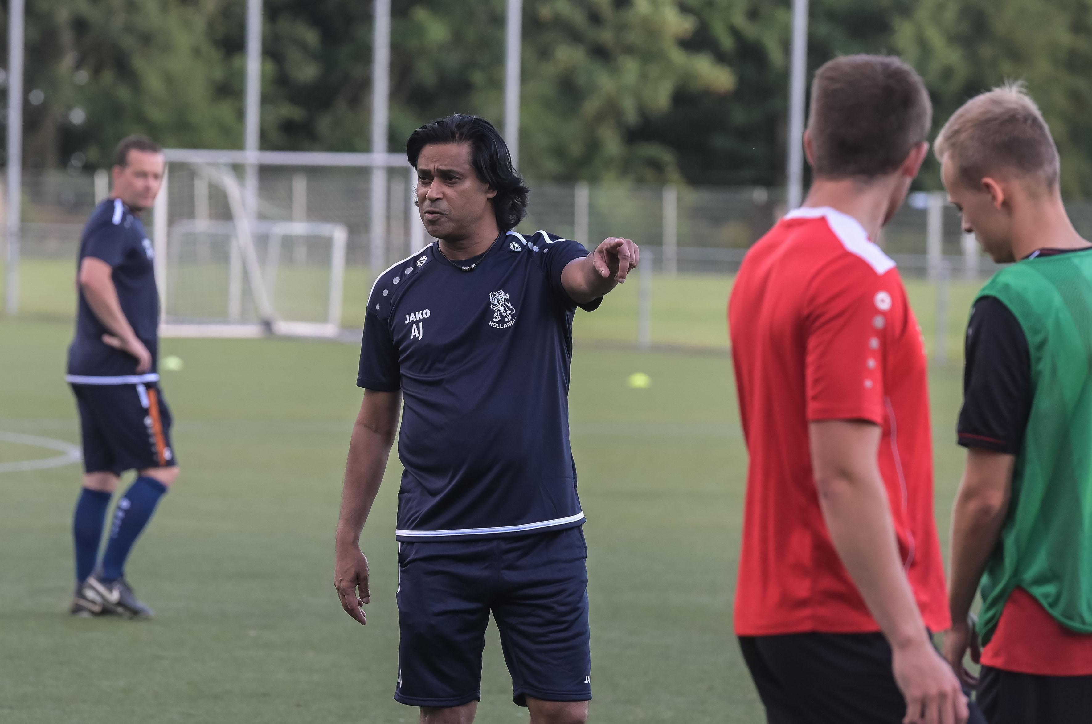 Nog voordat de bal rolt zijn Hollandia en Anand Jagdewsing er al uit: trainer blijft nog een jaar langer bij derdedivisionist