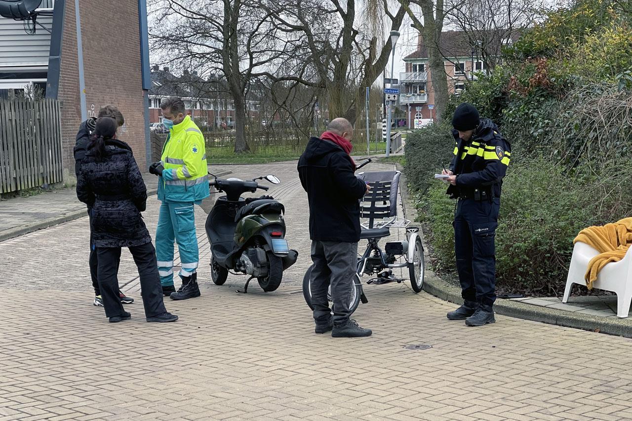 Twee gewonden bij frontale botsing tussen scooterrijder en fietser in Nieuw-Vennep