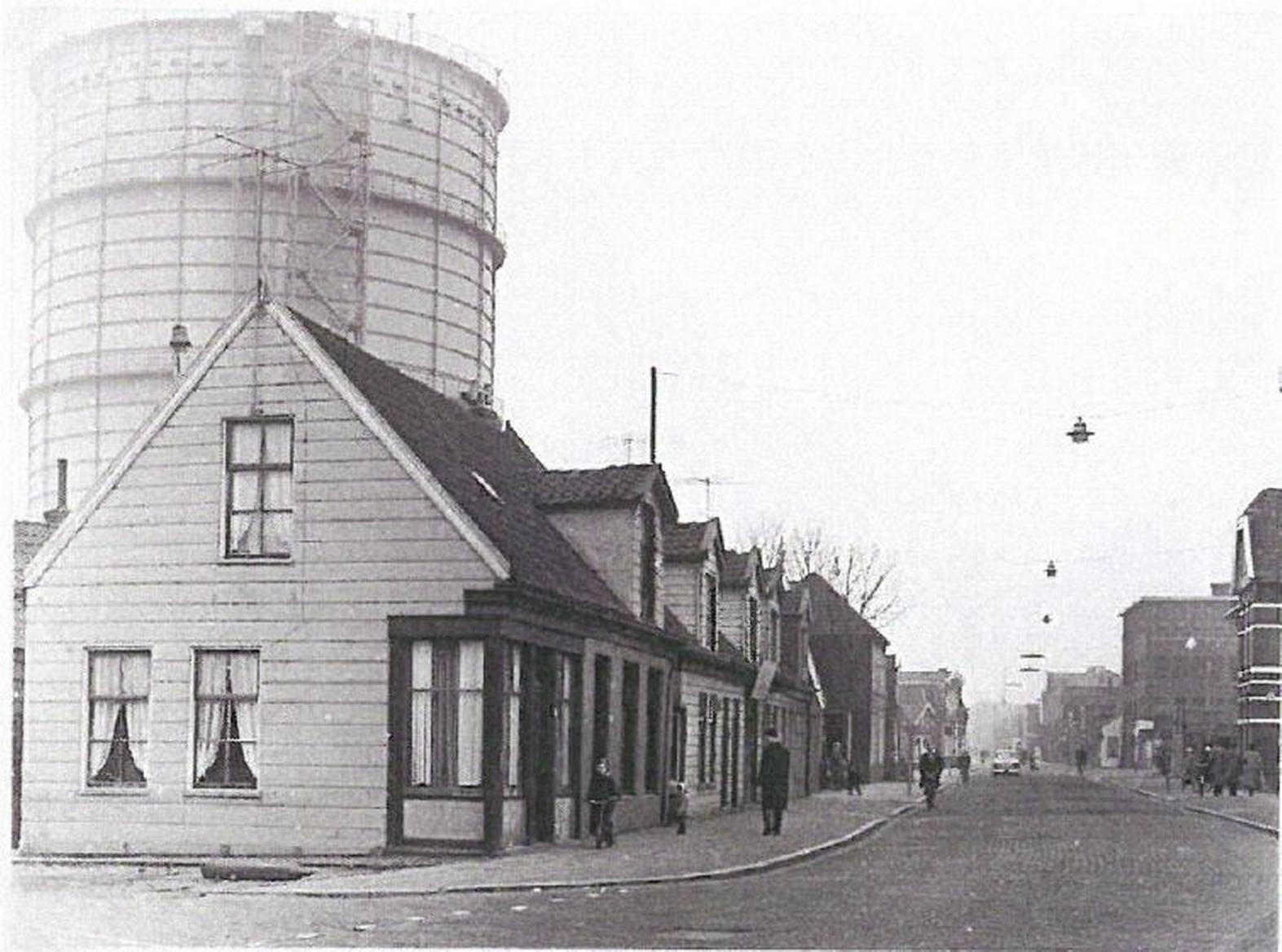 Vervallen houten arbeidershuisjes op de Westzijde in Zaandam gerestaureerd: uitbouw aan achterzijde als 'goedjaarseind'