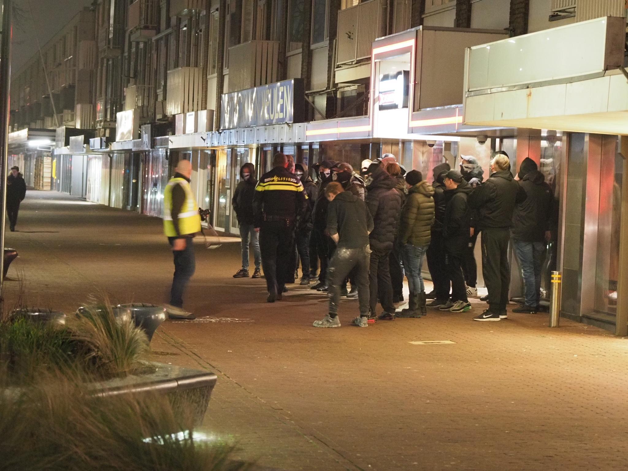 Defend IJmuiden laat zich opnieuw zien met korte actie als burgerwacht in Lange Nieuwstraat