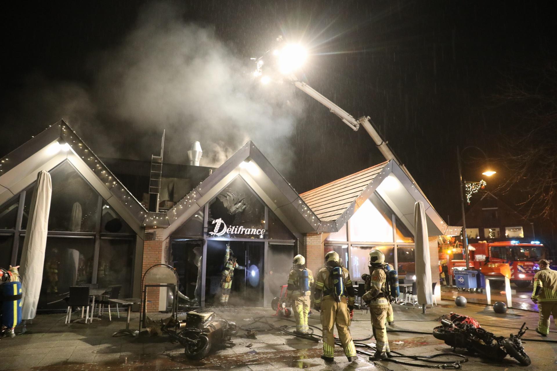 Brand bij Kwalitaria Délifrance in Soest; meerdere bezorgscooters uitgebrand