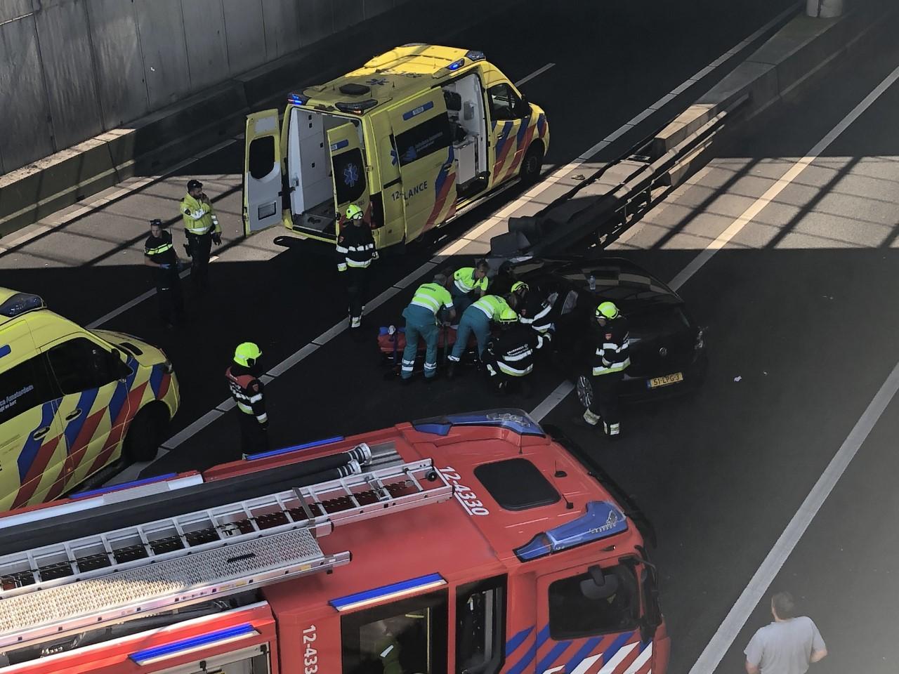 Groot ongeluk bij Weteringbrug op A4 richting Den Haag, traumahelikopter ter plaatse