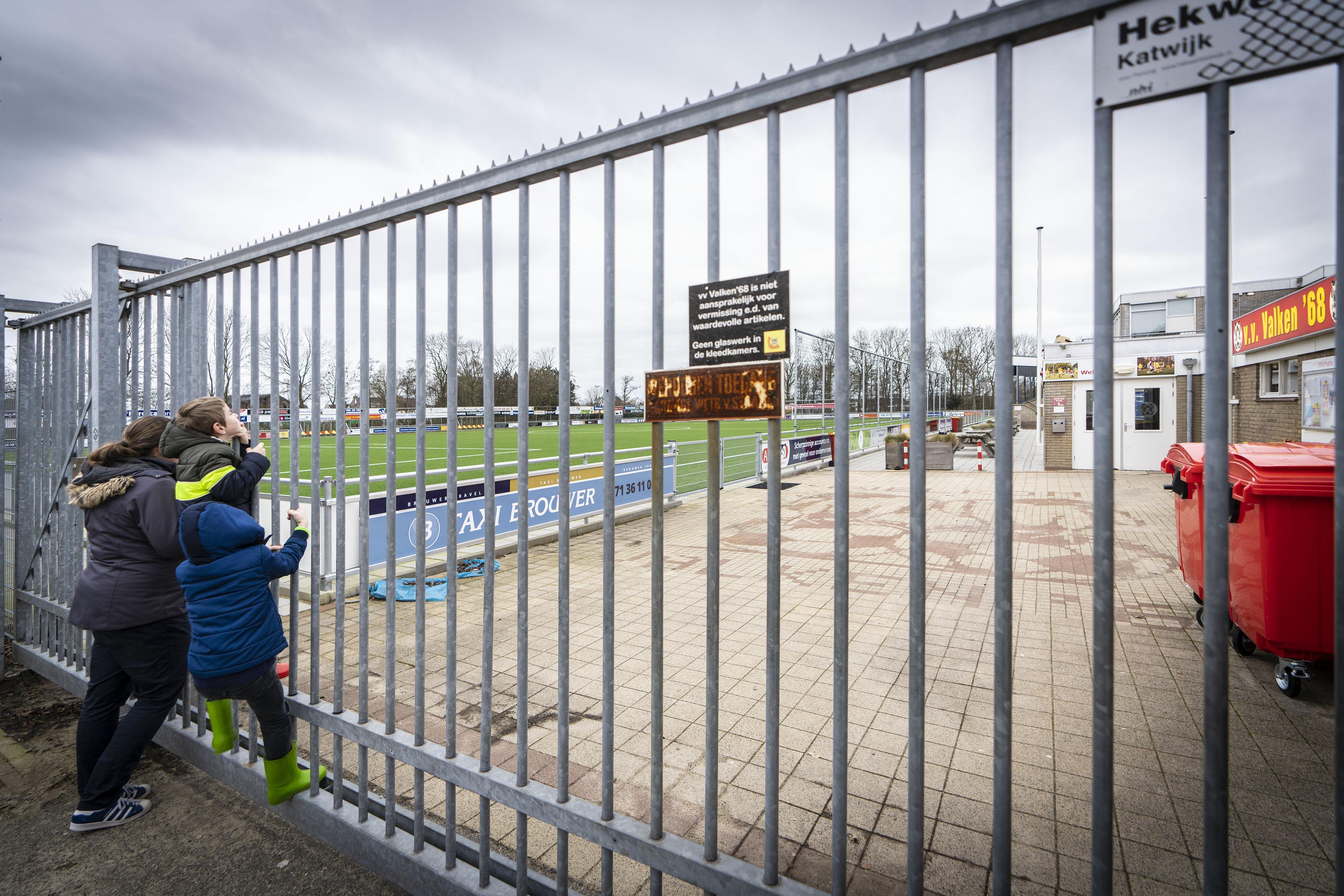 Katwijkse voetbalclubs vragen gemeente gezamenlijk om kwijtschelding van een jaar veldhuur: 'Het houdt echt een keer op'