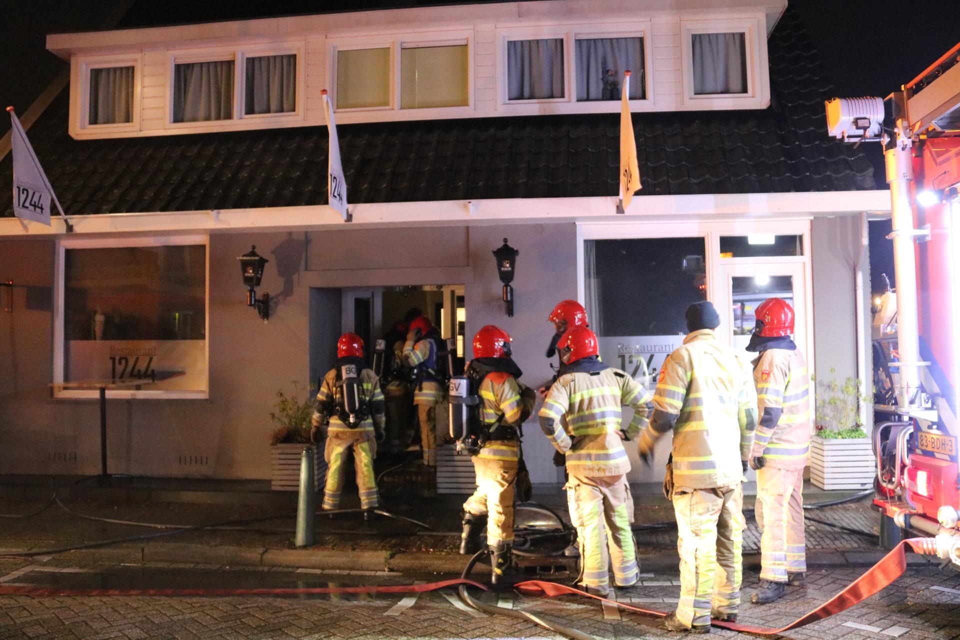 Half Ankeveen helpt Restaurant 1244 dat na uitslaande brand in achterliggende schuur toch helemaal gestript moet
