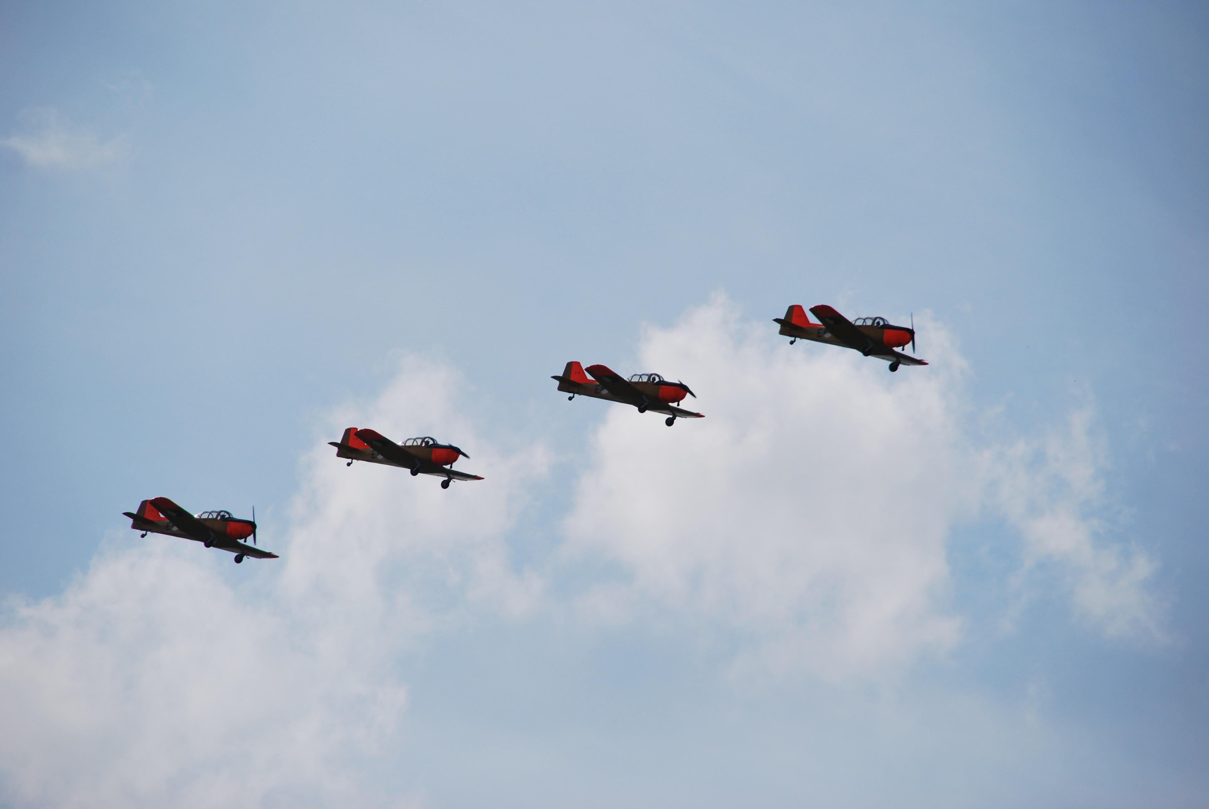 'Fokker Four' scheert boven weiland langs N203 van Uitgeest naar Limmen