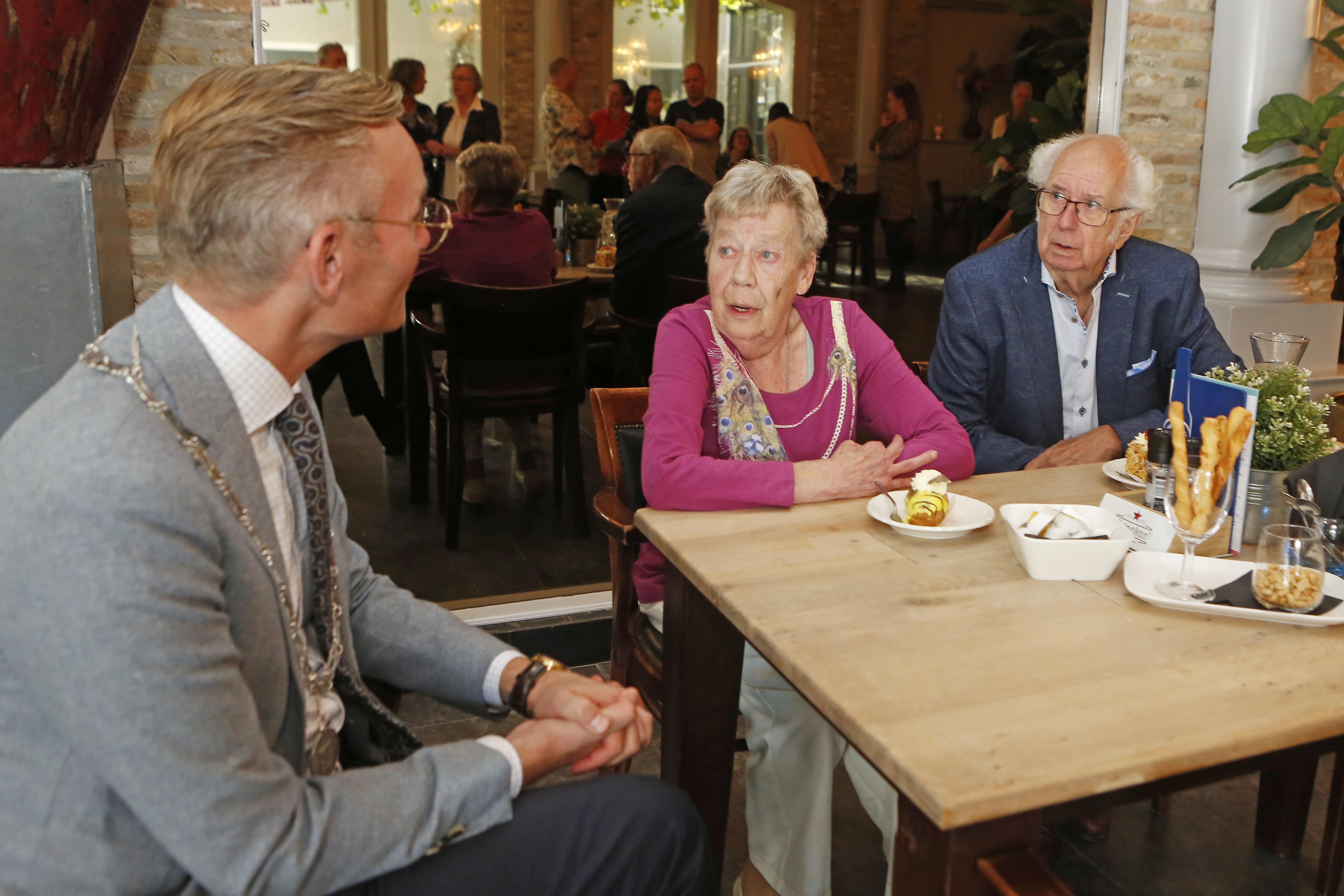 Burgemeester komt 60 jaar getrouwde echtpaar Van de Laar feliciteren in Eemnes